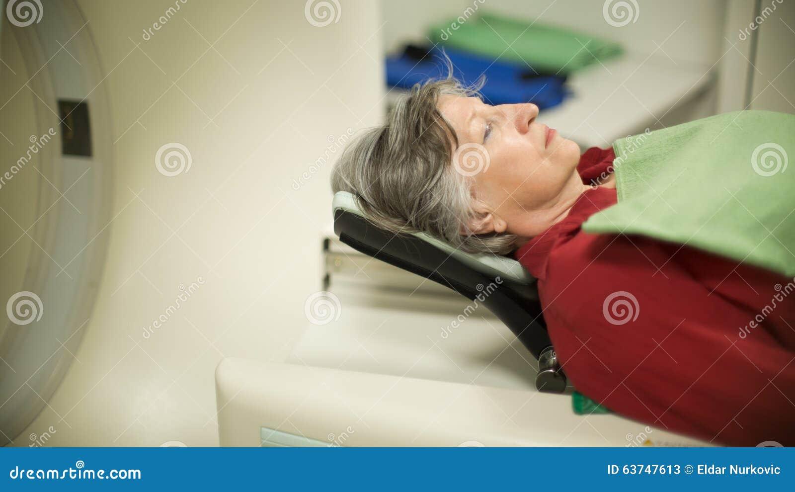 Paciente da mulher adulta na varredura do tomografia axial automatizado (CAT) Paciente que sofre de câncer de exame com CT Detecç