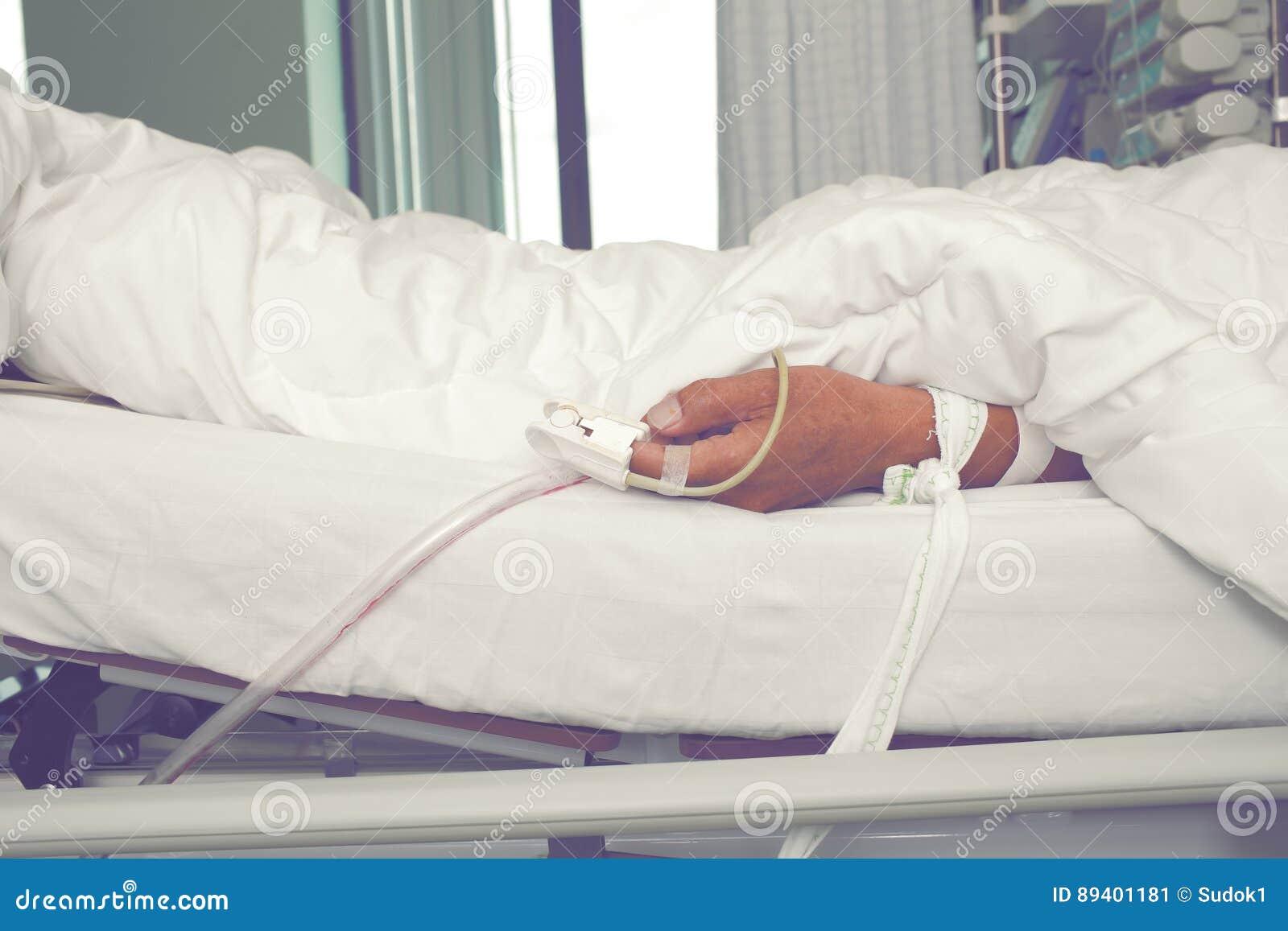 Paciente de sofrimento na unidade de cuidados intensivos