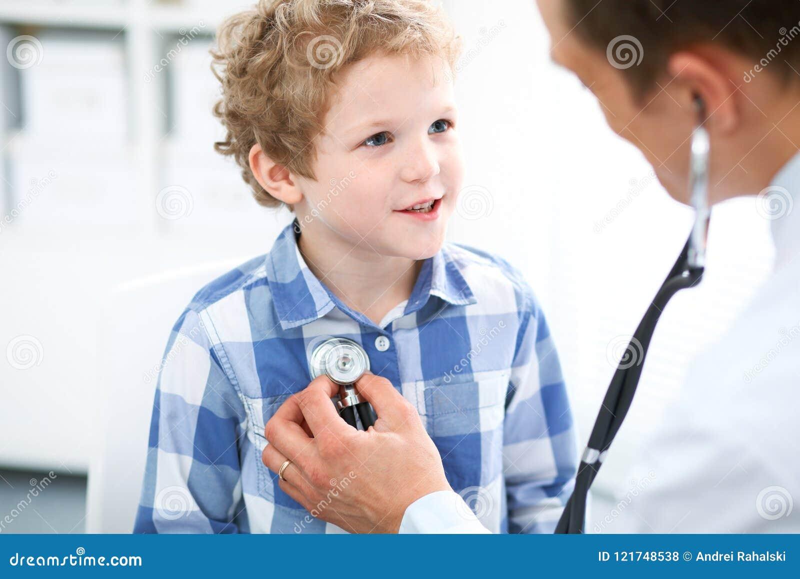 Paciente del doctor y del niño El médico examina al niño pequeño por el estetoscopio Concepto de la terapia del ` s de la medicin