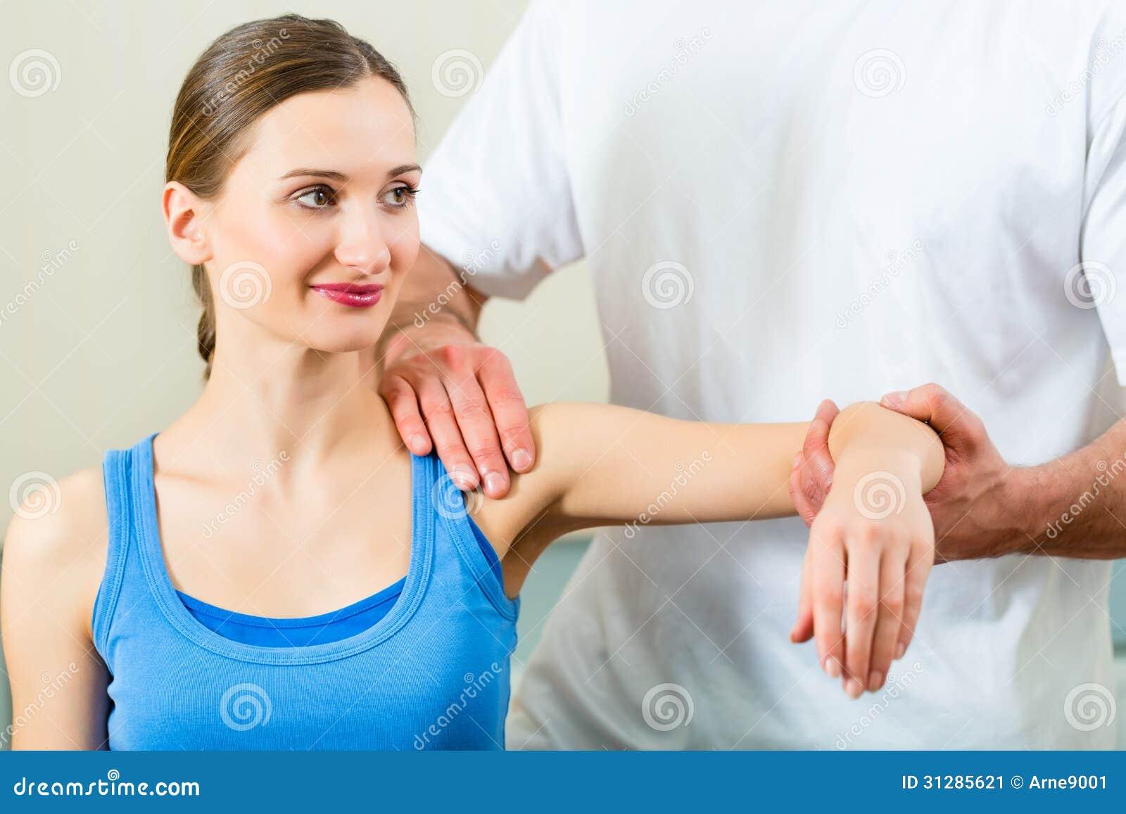 Paciente en la fisioterapia que hace terapia física