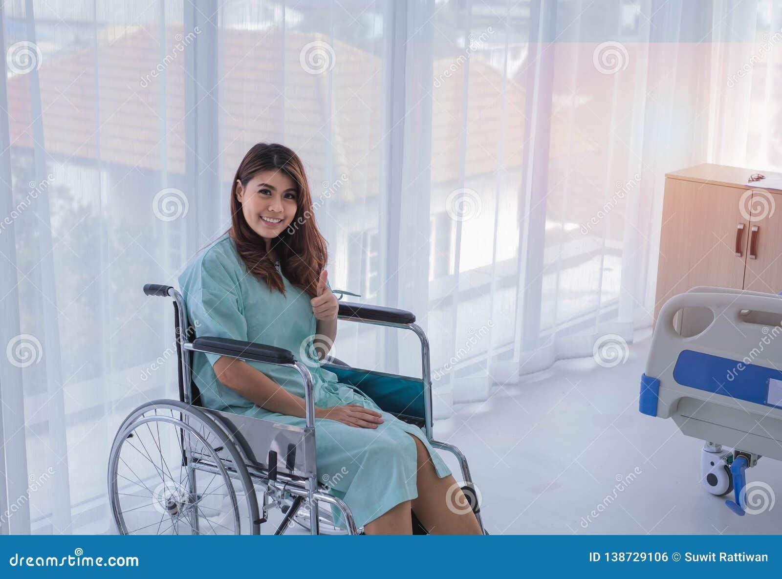 Paciente femenino feliz en sitio de hospital