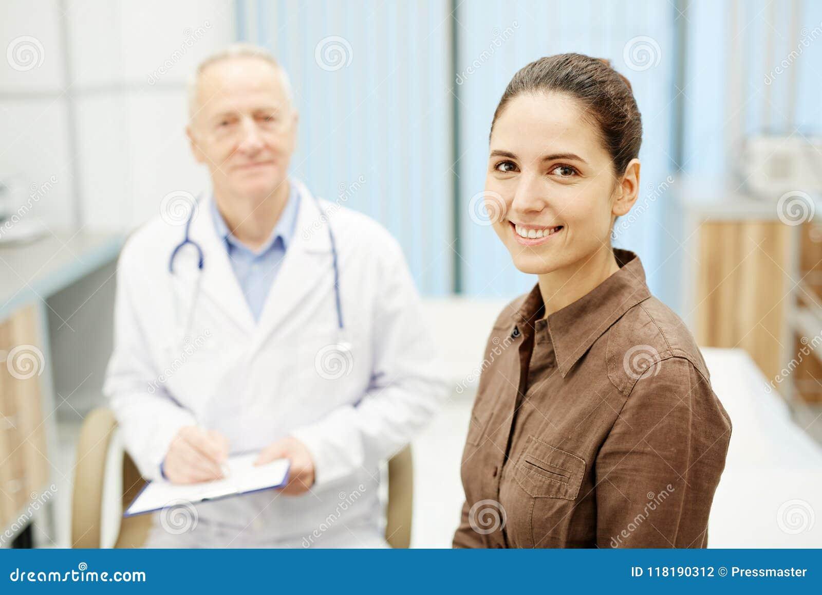 Paciente joven alegre que toma el cuidado de la salud