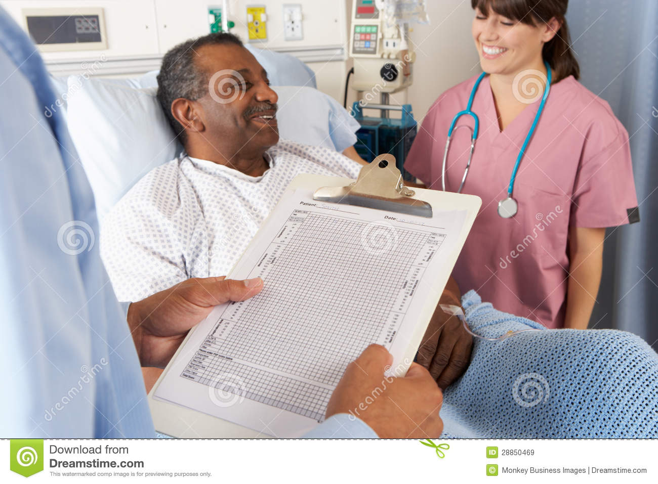Paciente masculino mayor del doctor Looking At Chart With