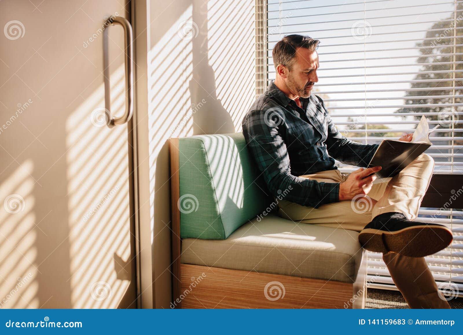 Paciente masculino na sala de espera do doutor