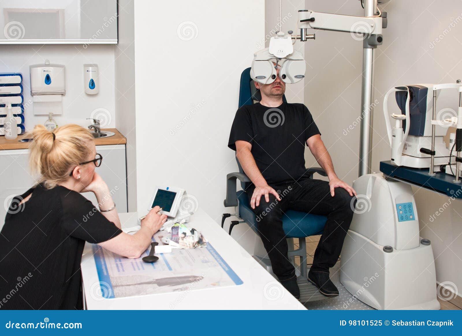 Paciente no escritório do optometrista para o exame de olho
