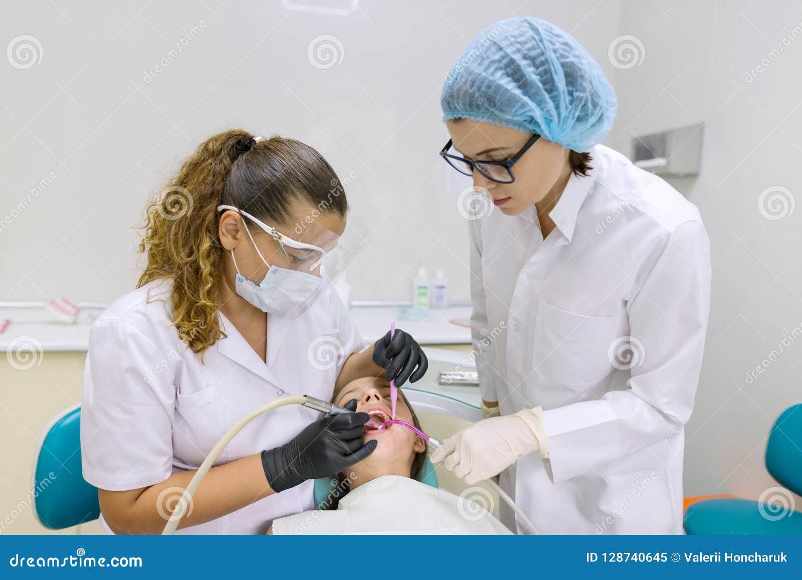 Paciente novo na cadeira dental Conceito da medicina, da odontologia e dos cuidados médicos
