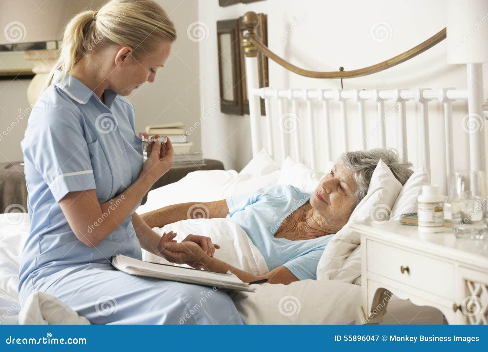 Paciente paciente mayor de taking pulse of de la enfermera - Cuidados paliativos en casa ...