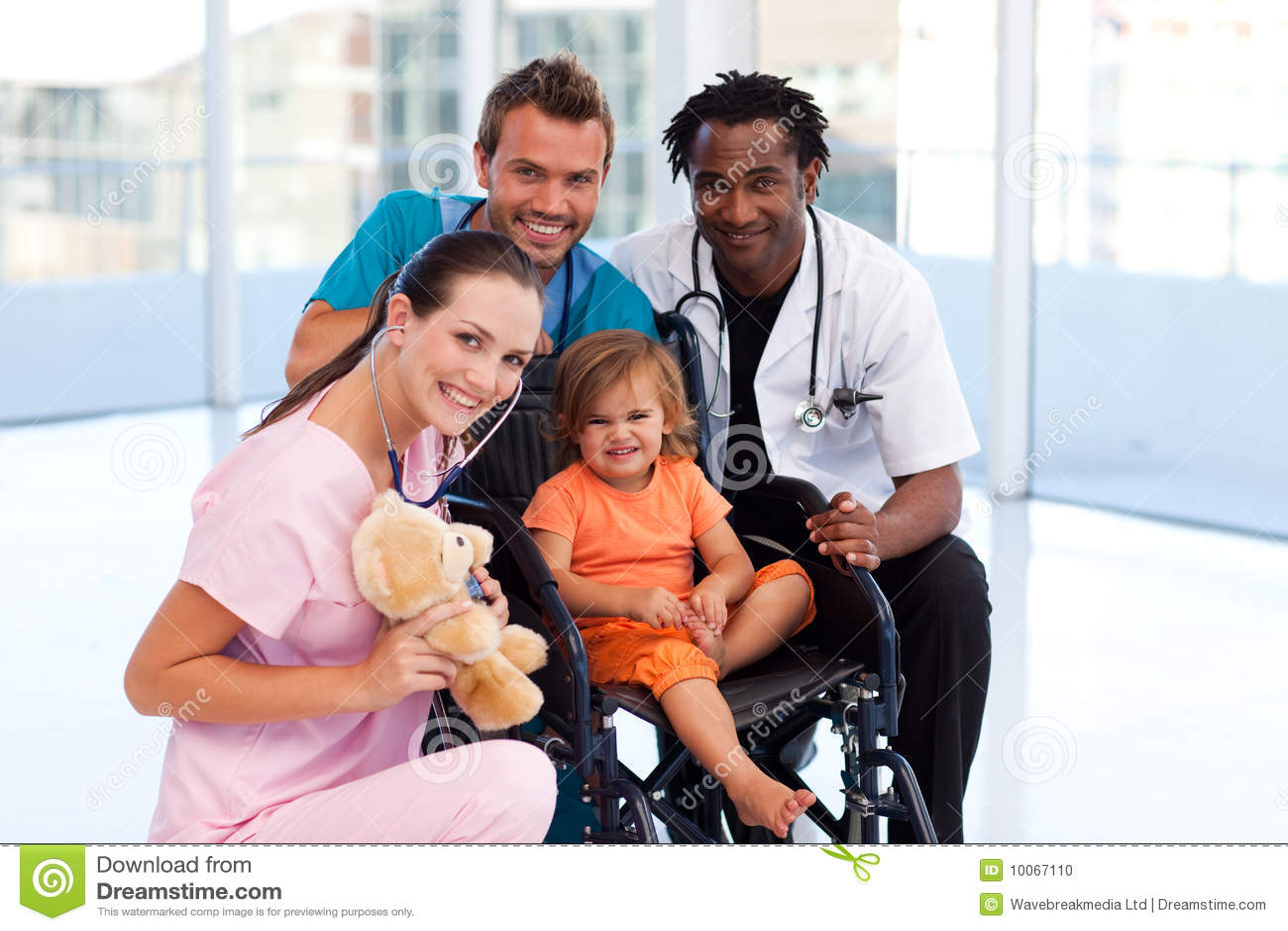 Paciente pequeno com equipa médica