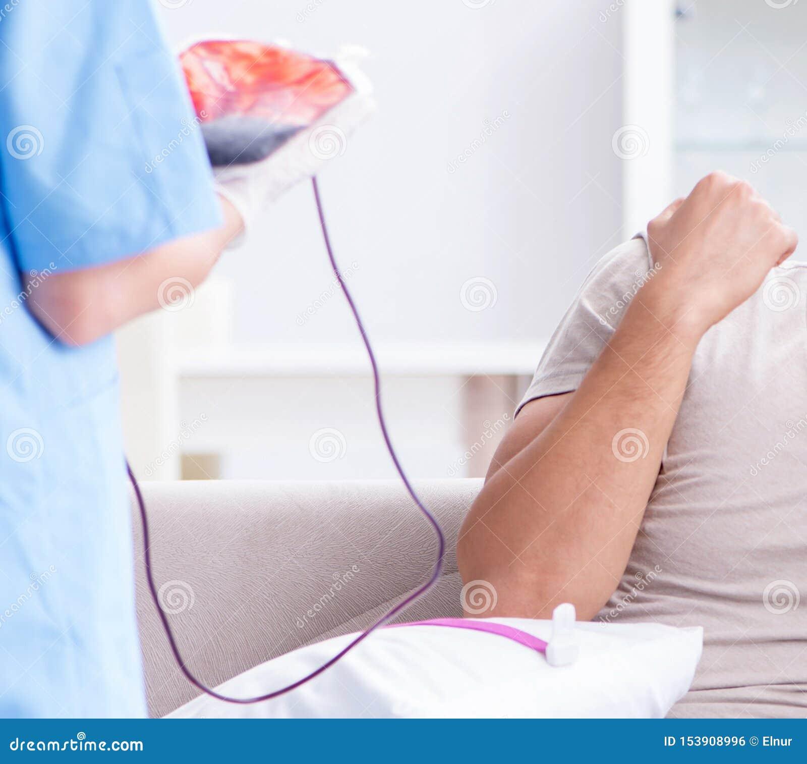 Pacjent dostaje krwiono?nego przetaczanie w szpitalnej klinice