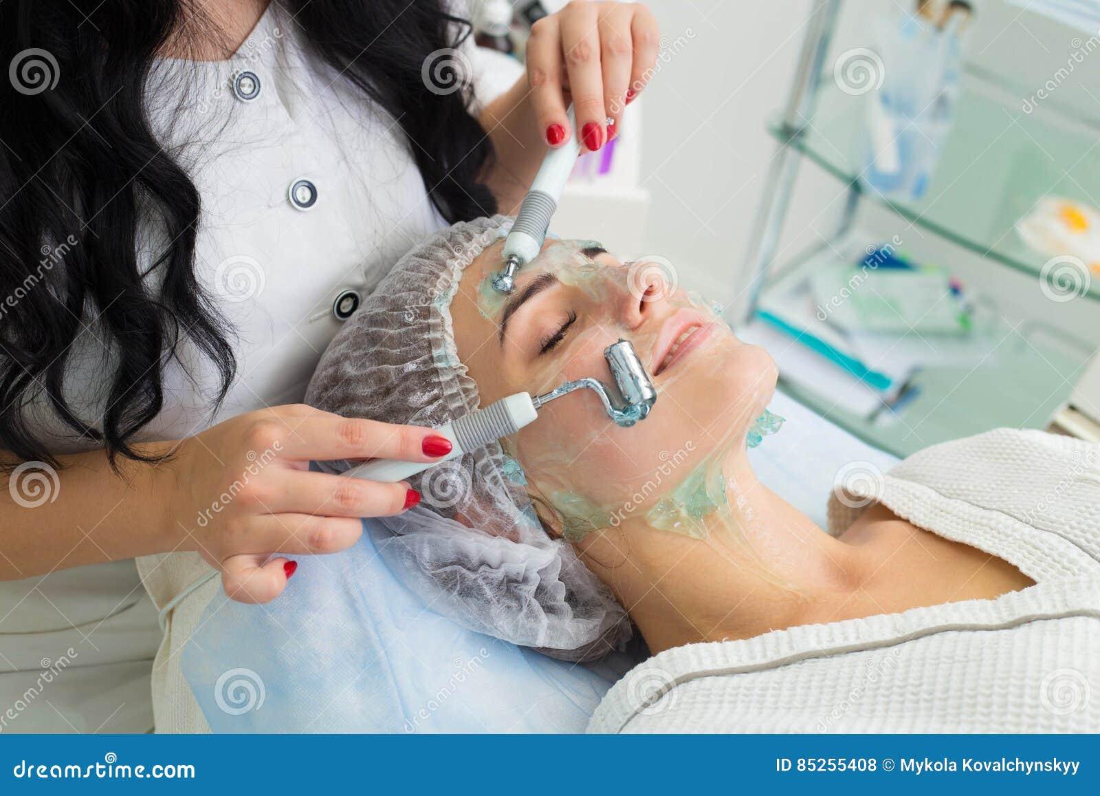 Pacjent otrzymywa procedurę Darsonvald Jego twarz maże z gel