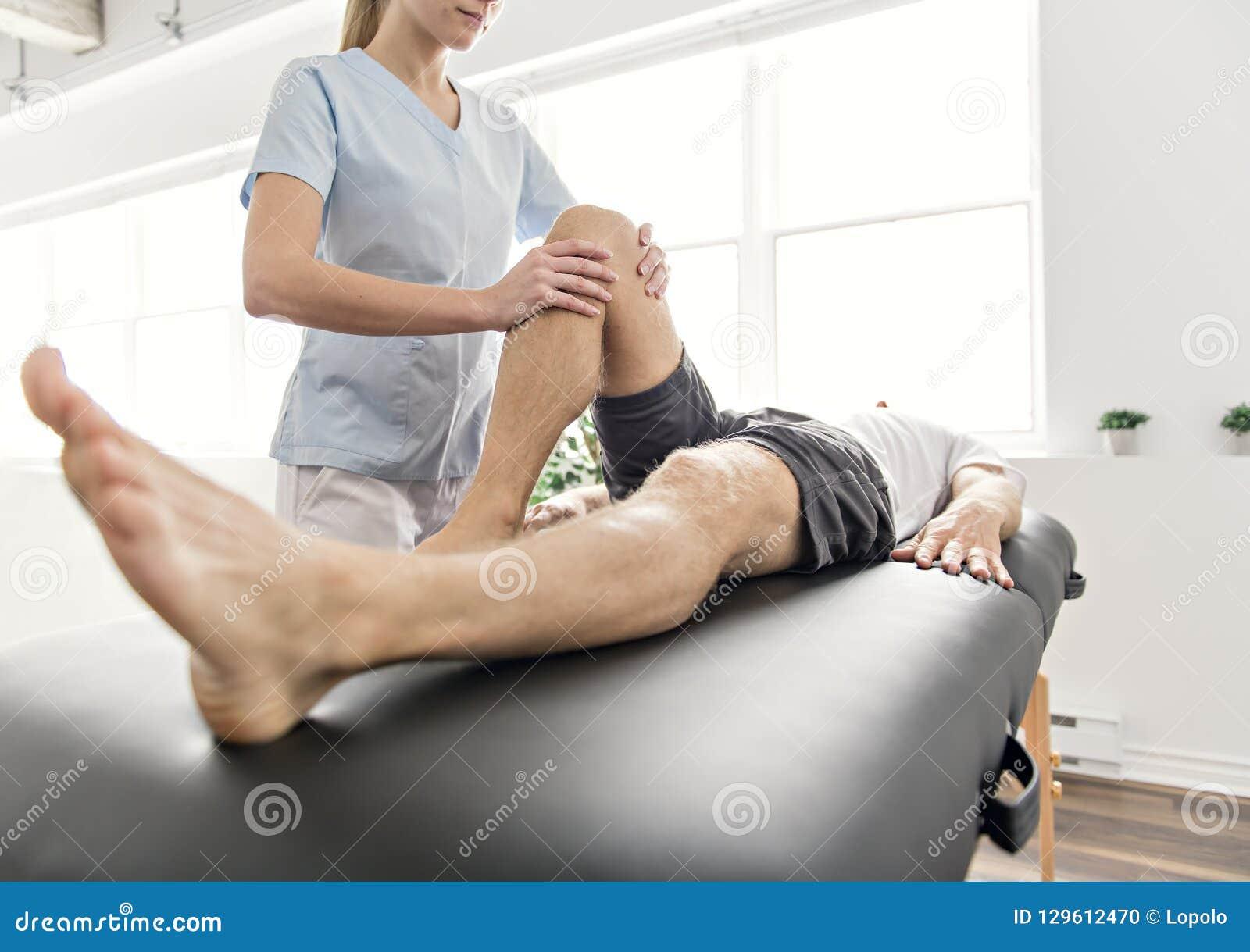 Pacjent przy fizjoterapią robi fizycznym ćwiczeniom z jego terapeuta