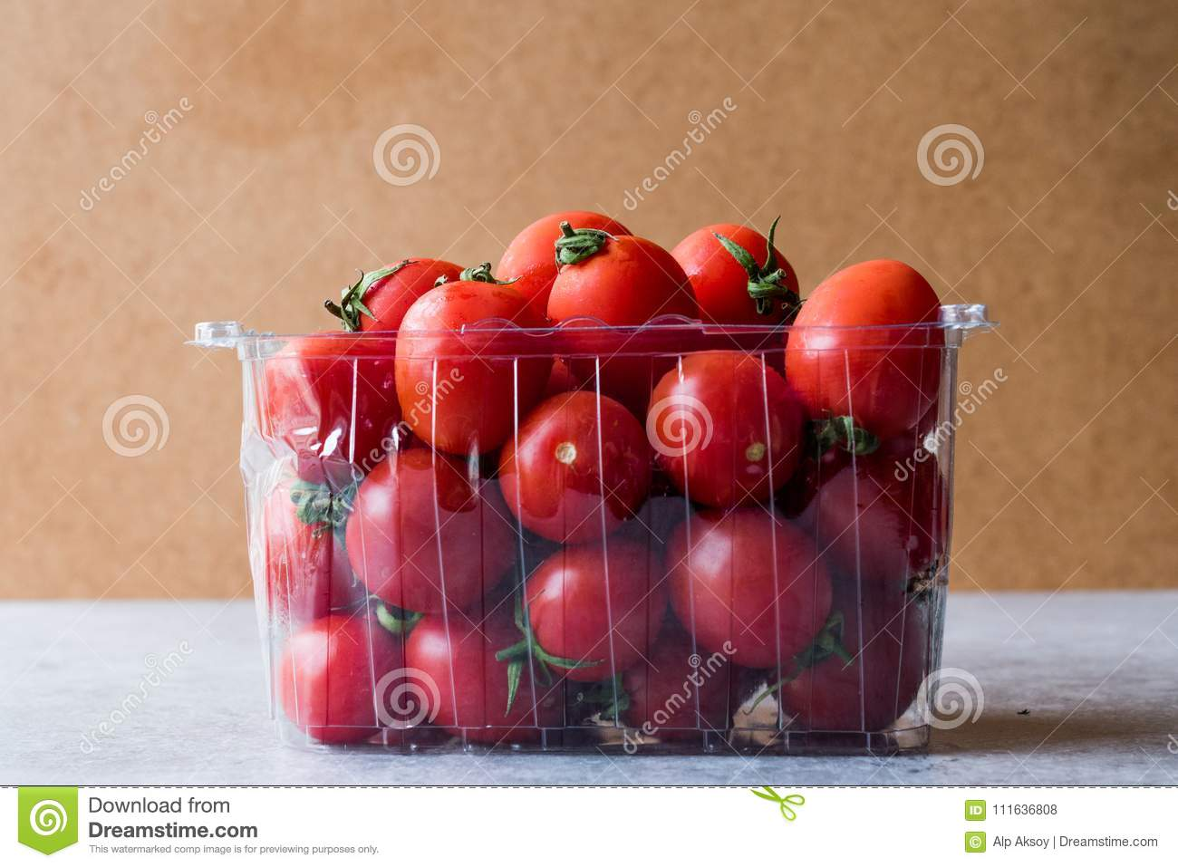 Packe av Cherry Tomatoes i plast- ask/behållare