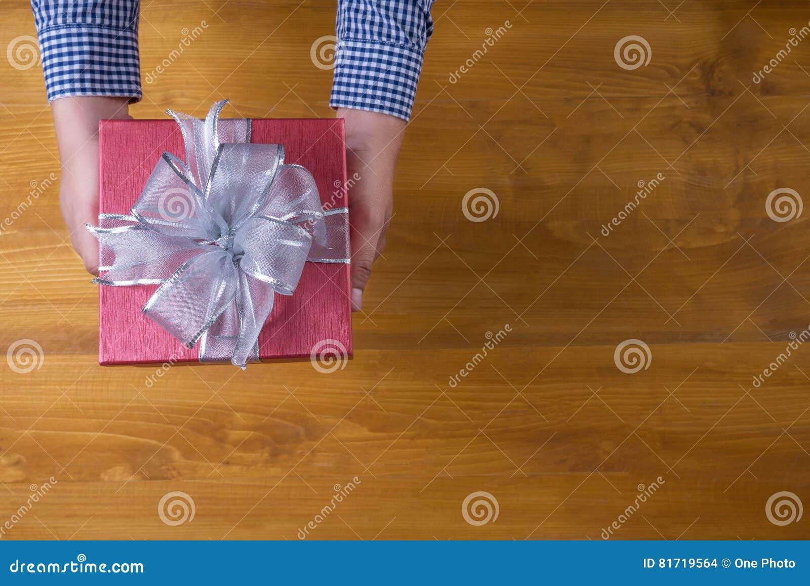 PACKEN Sie Das Geschenk Und Kleines Geschenk Ein, Die Eingewickelt ...