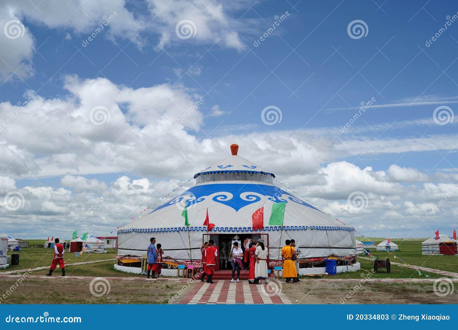Pacote de Mongolia sob o céu azul e as nuvens brancas