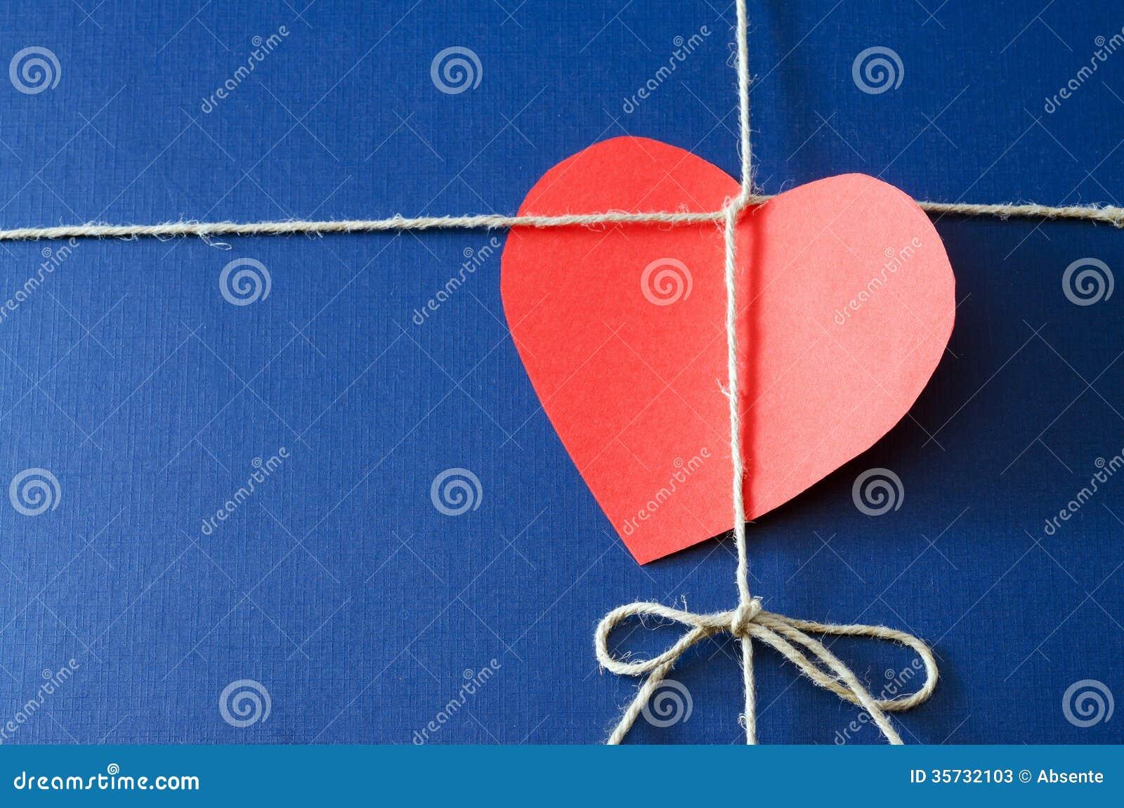 Pacote do papel azul com cartão do Valentim