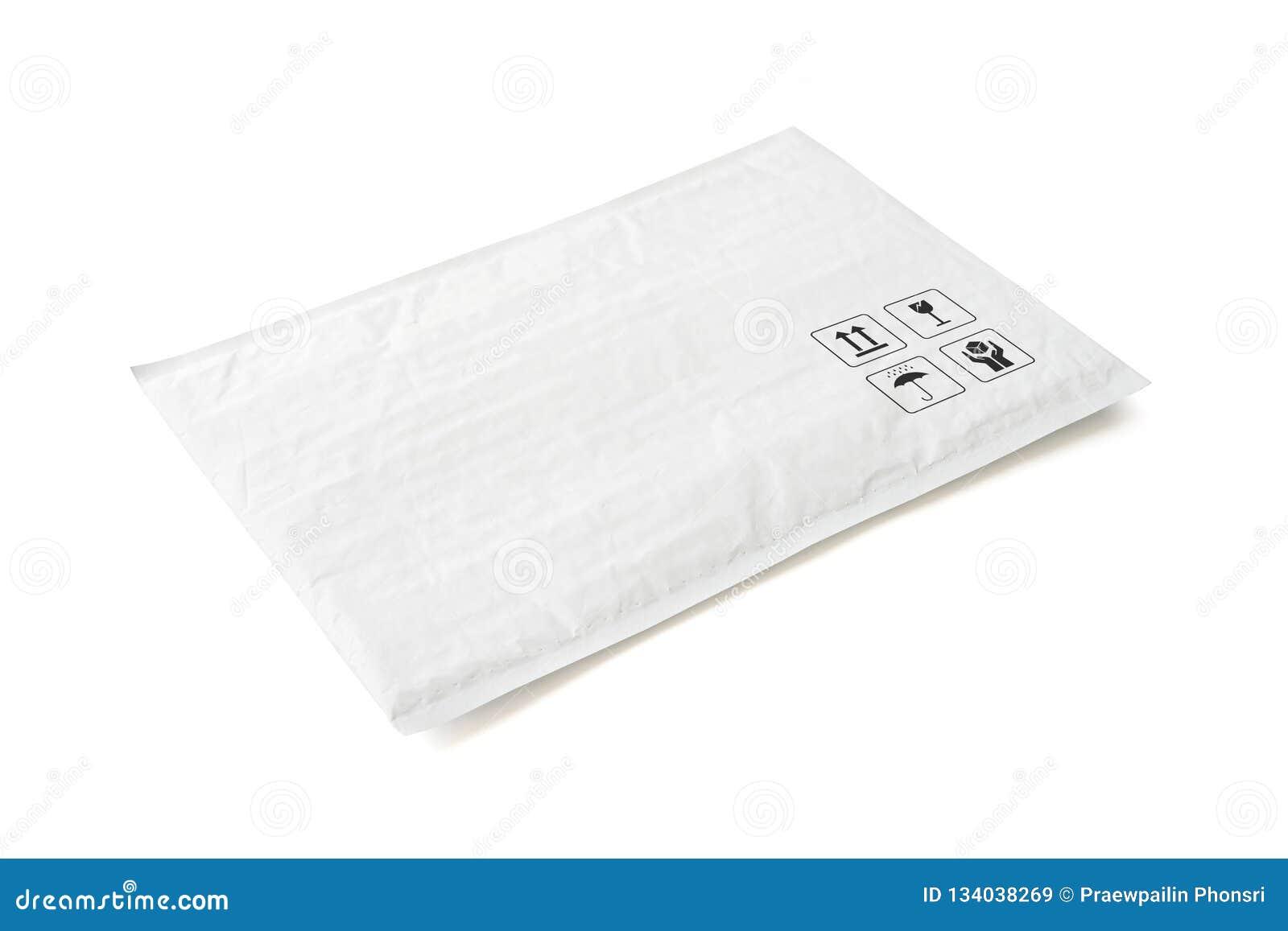 Pacote postal branco Pacote plástico com sinal e símbolo frágeis do cuidado Objeto isolado no fundo branco