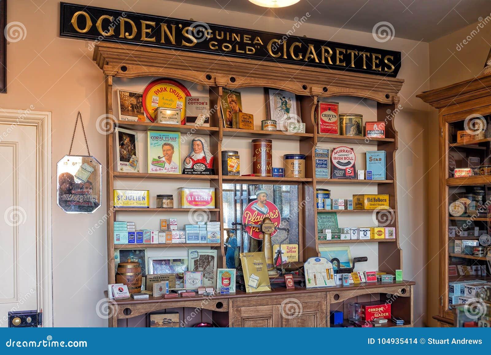Pacotes do cigarro dos anos 30 e acessórios de fumo