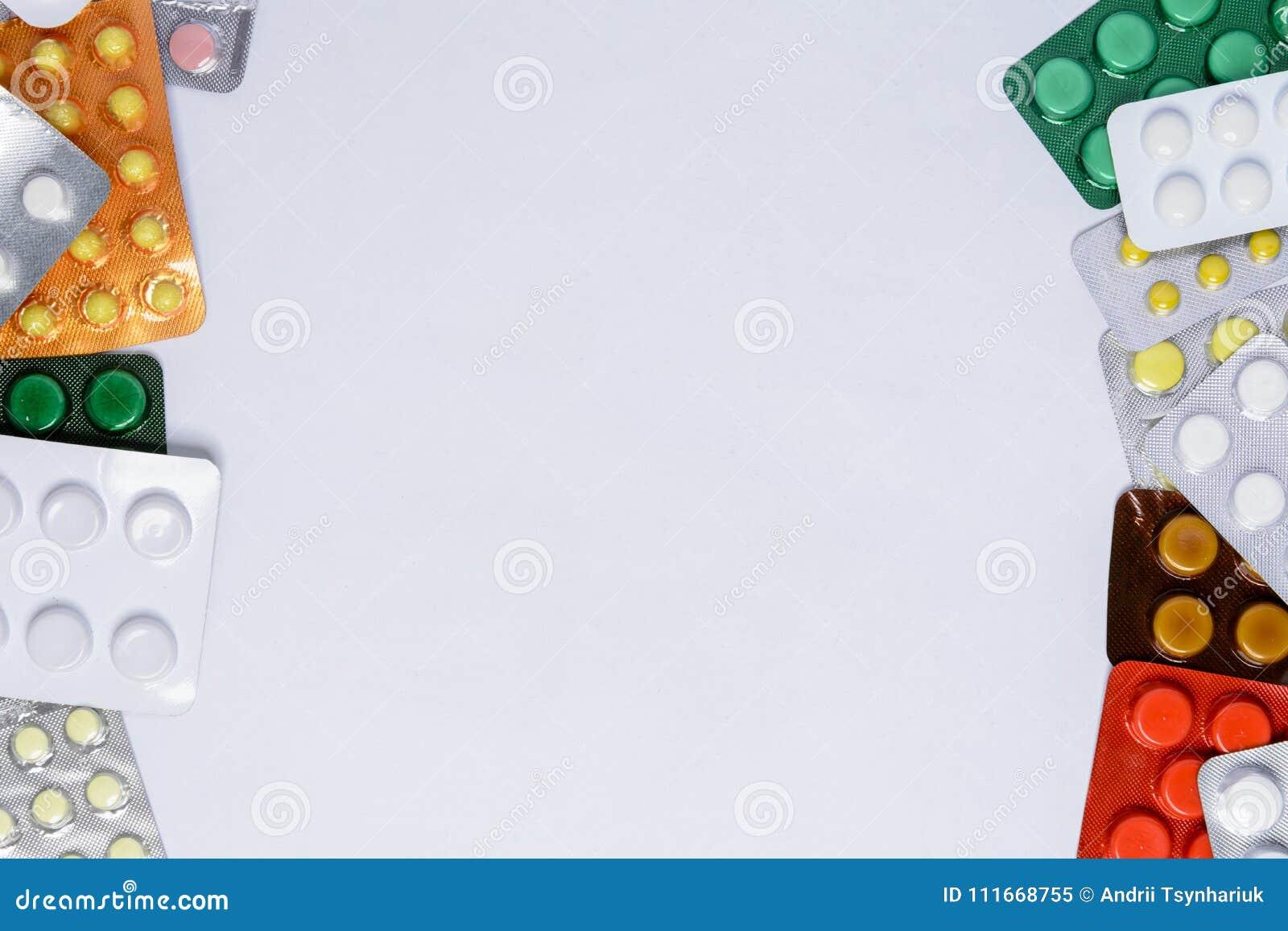 Pacotes dos comprimidos em um fundo branco com um lugar para a inscrição