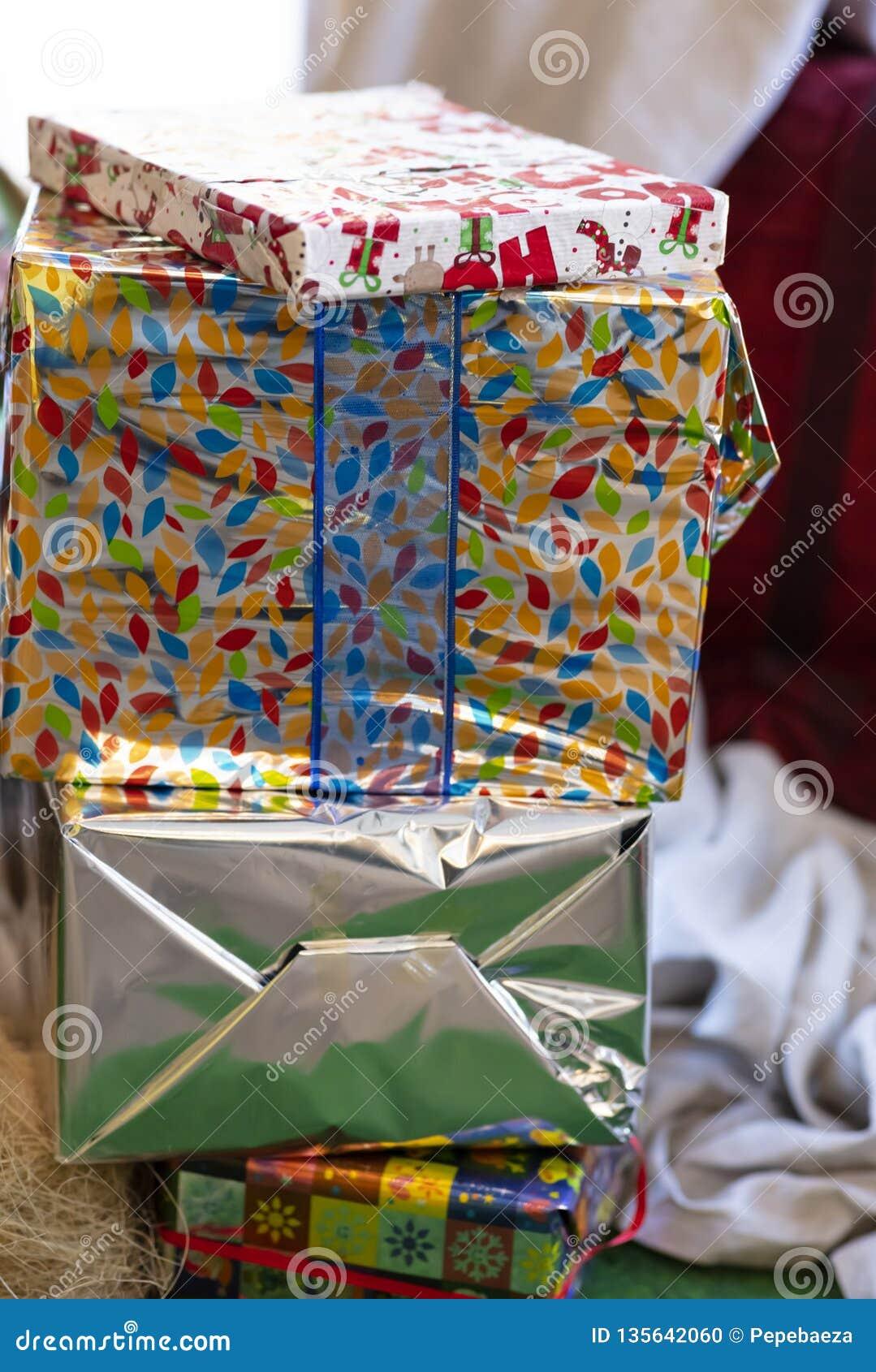 Pacotes empilhados dos presentes
