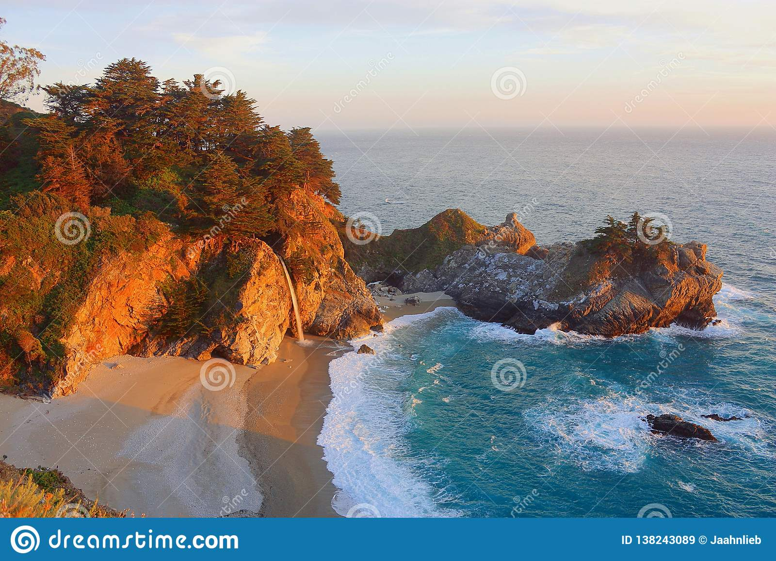 Pacyficzny zmierzch przy McWay spadkami, Julia Pfeiffer Pali stanu parka, big sur, Kalifornia