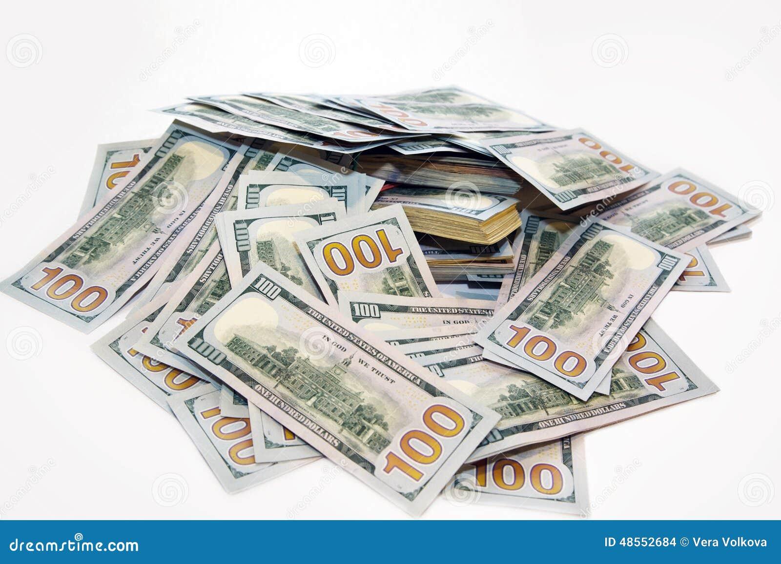 Paczka dolary w stosie pieniądze