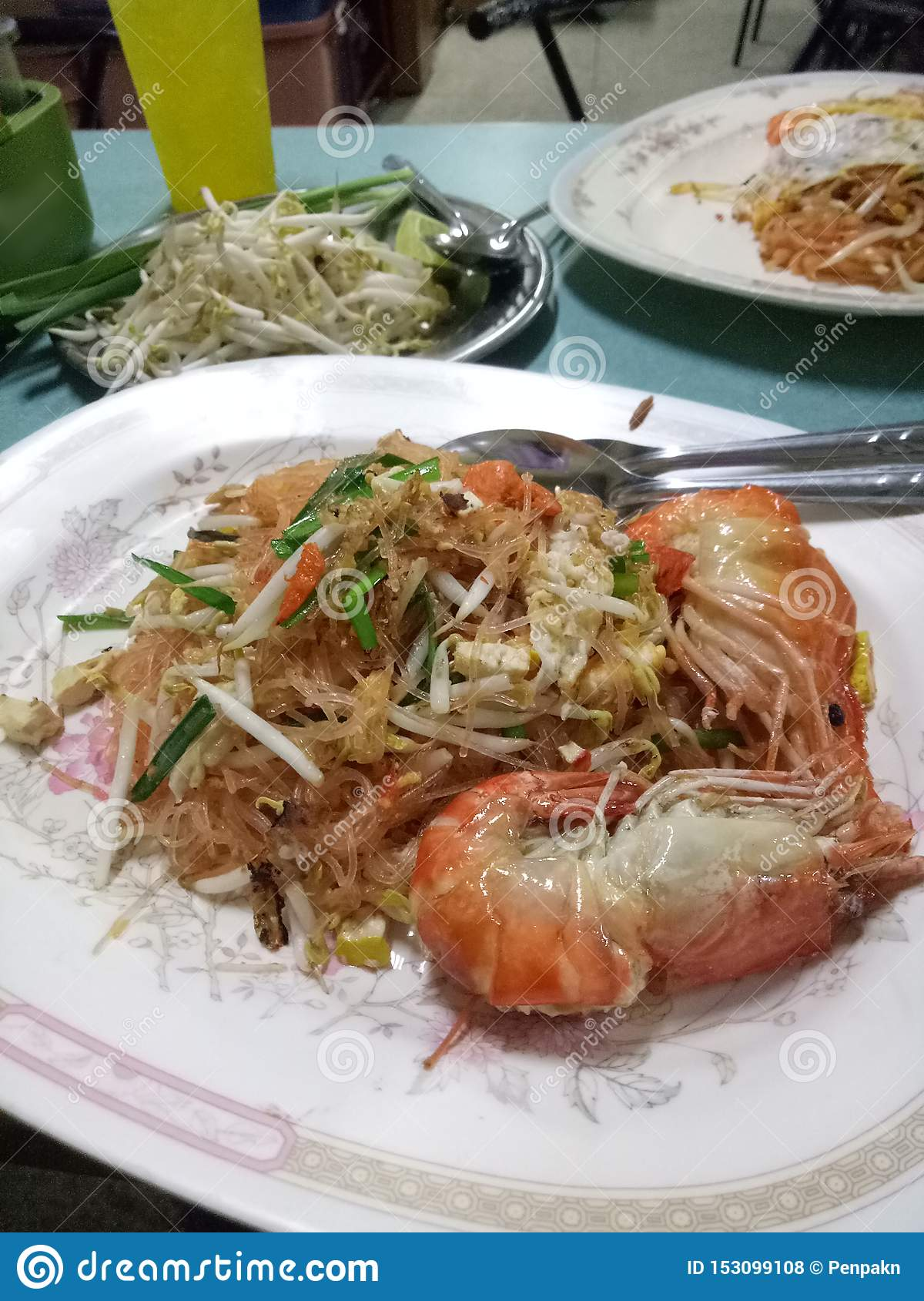 Pad Thai Goong Sod name food Fried Rice Sticks with Shrimp Add bean sprouts and stir the eggs and stir, then serve on a plate