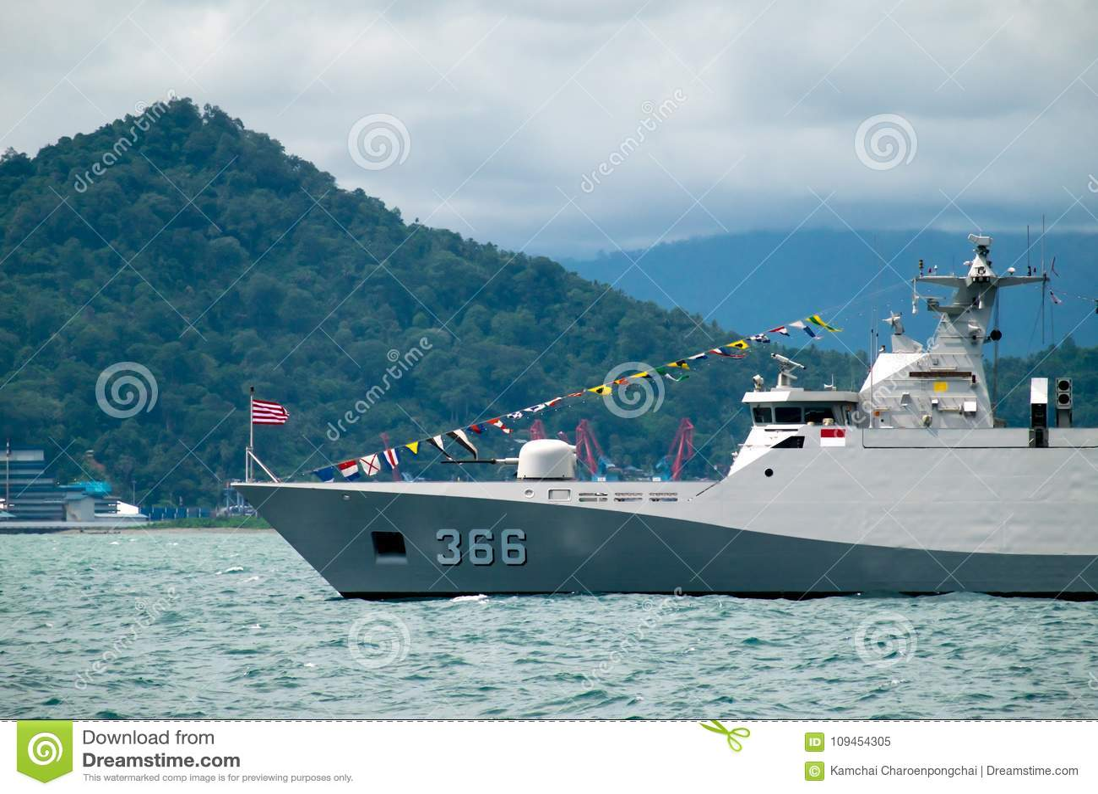 Padang海湾,印度尼西亚, 2016年4月13日:KRI苏丹Hasanuddin斯格码印度尼西亚` s海军类大型驱逐舰是在Padang海湾的定住