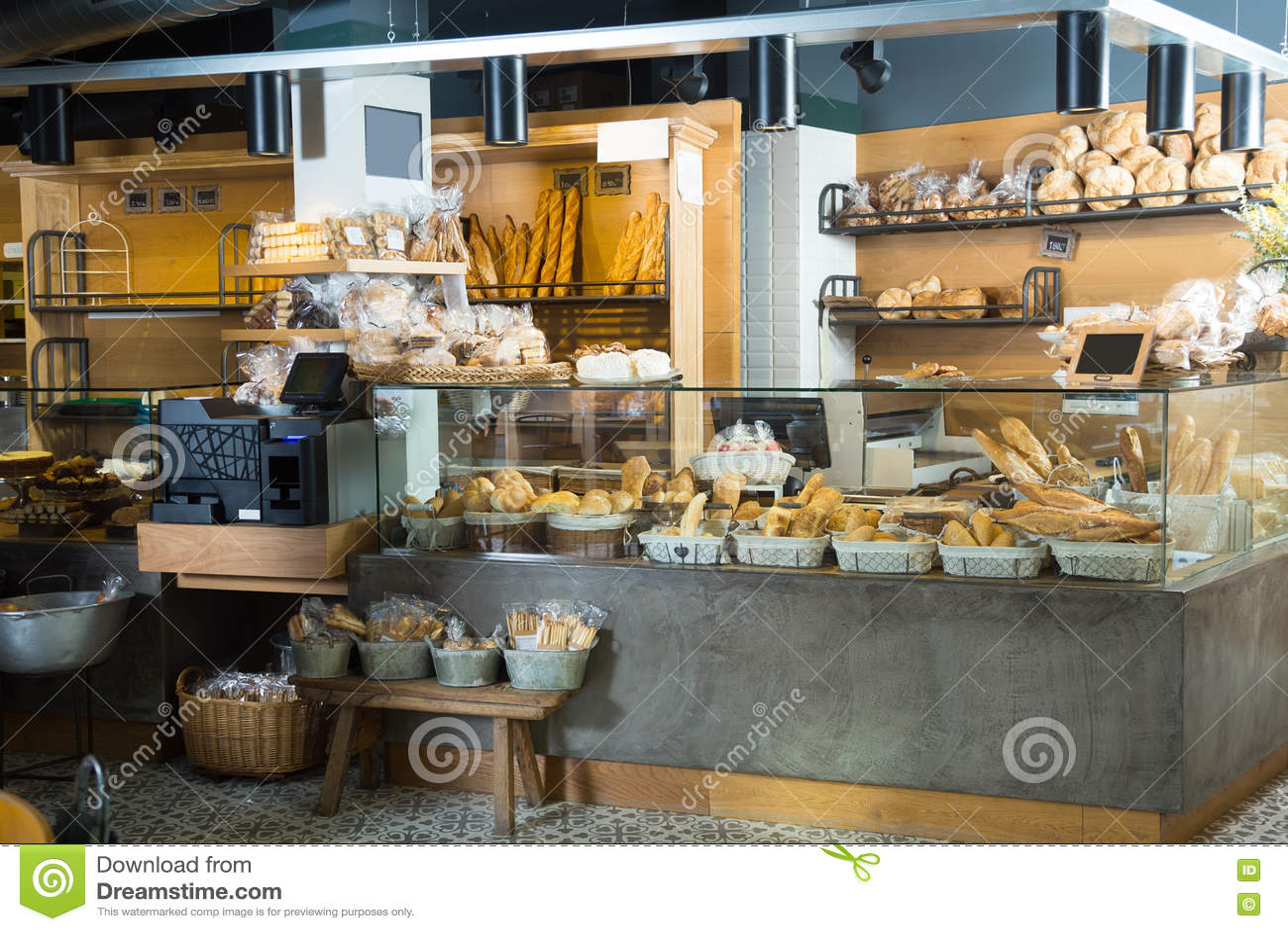 Padaria moderna com tipos diferentes do pão e dos bolos