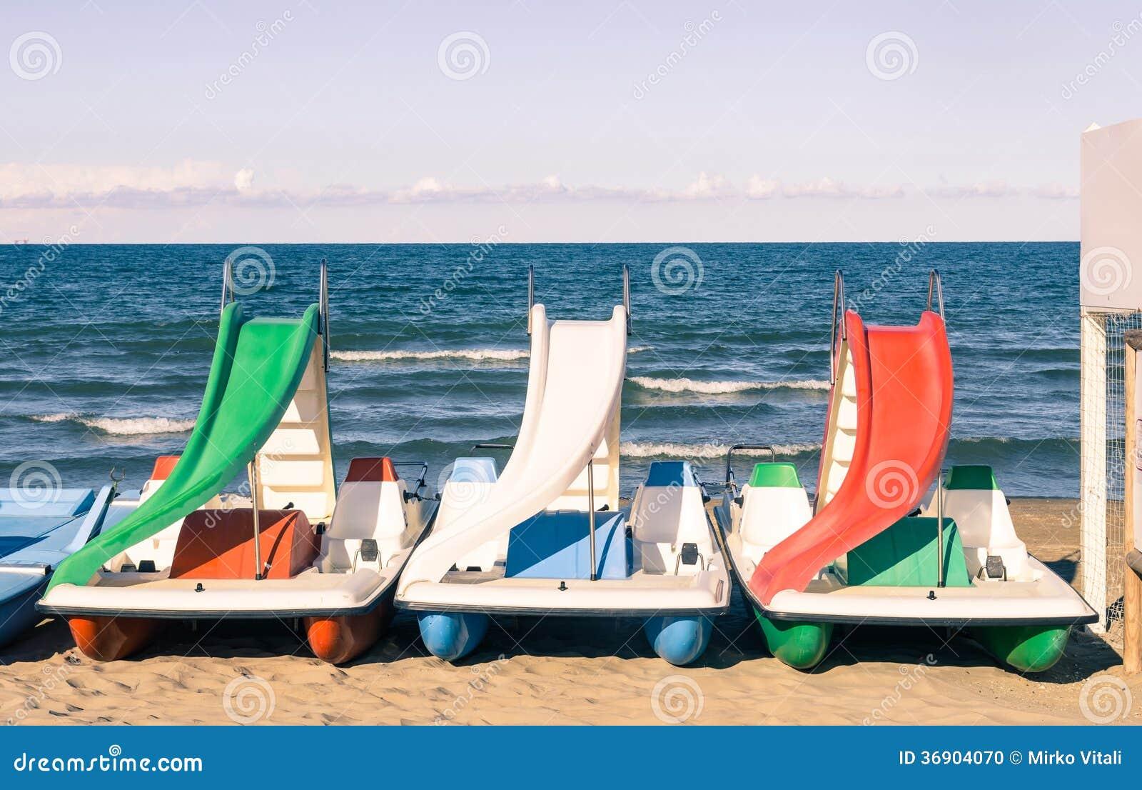 Paddle łódź przy włoch plażą