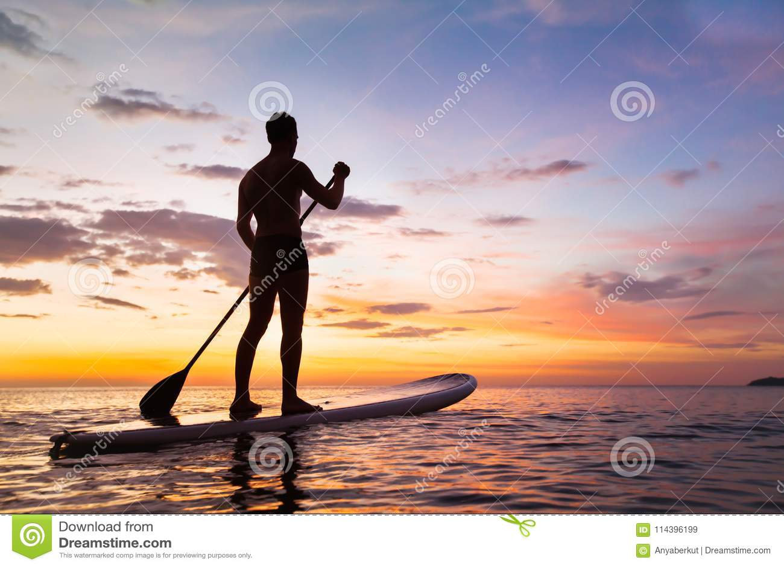 Paddleboard στην παραλία στο ηλιοβασίλεμα, ΓΟΥΛΙΑ, δραστηριότητα ελεύθερου χρόνου
