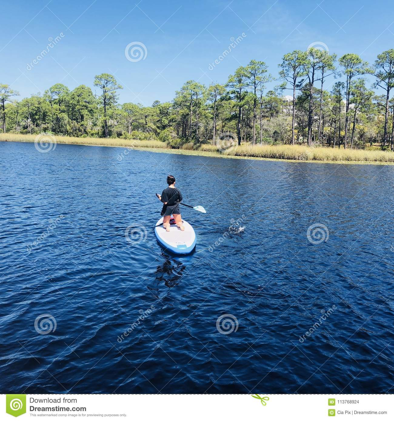 Paddleboarder in Waterverftoevlucht