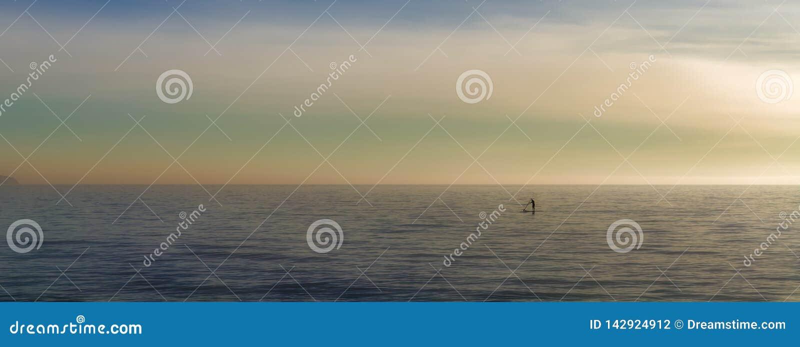 Paddleboarding på det öppna havet solo, watersports med härlig landskapbakgrund, palma, mallorca, Spanien