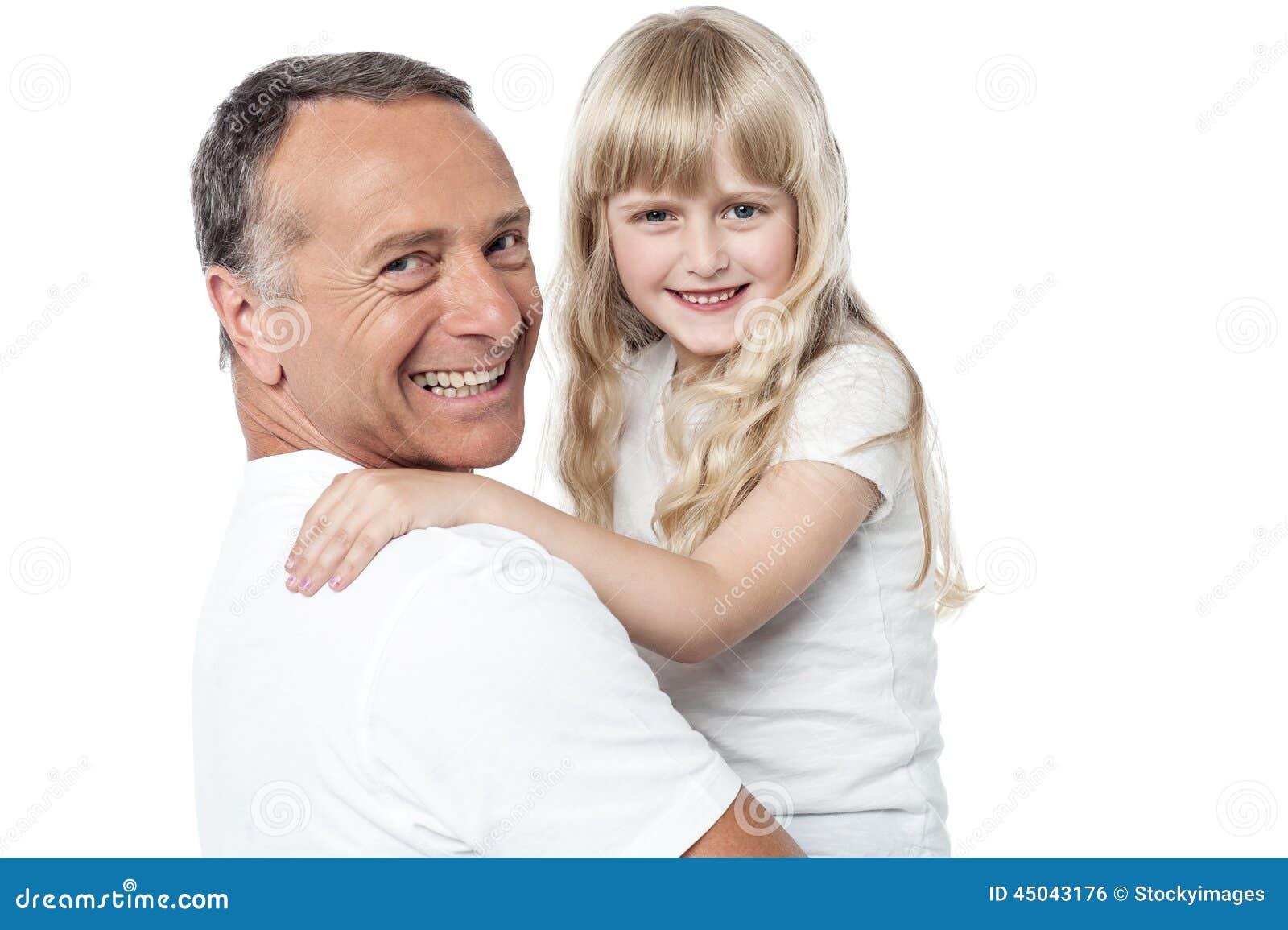 Padre alegre con la pequeña hija linda