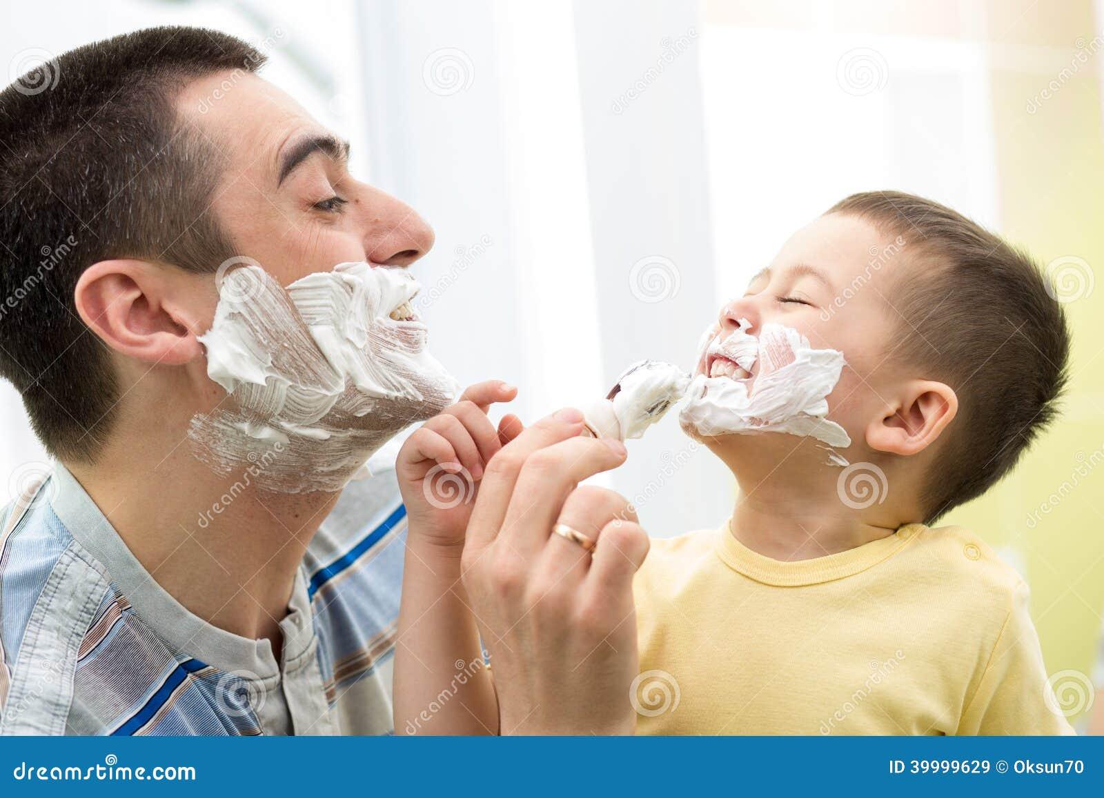 Padre allegro e suo il figlio che si radono nel bagno for Suo e suo bagno
