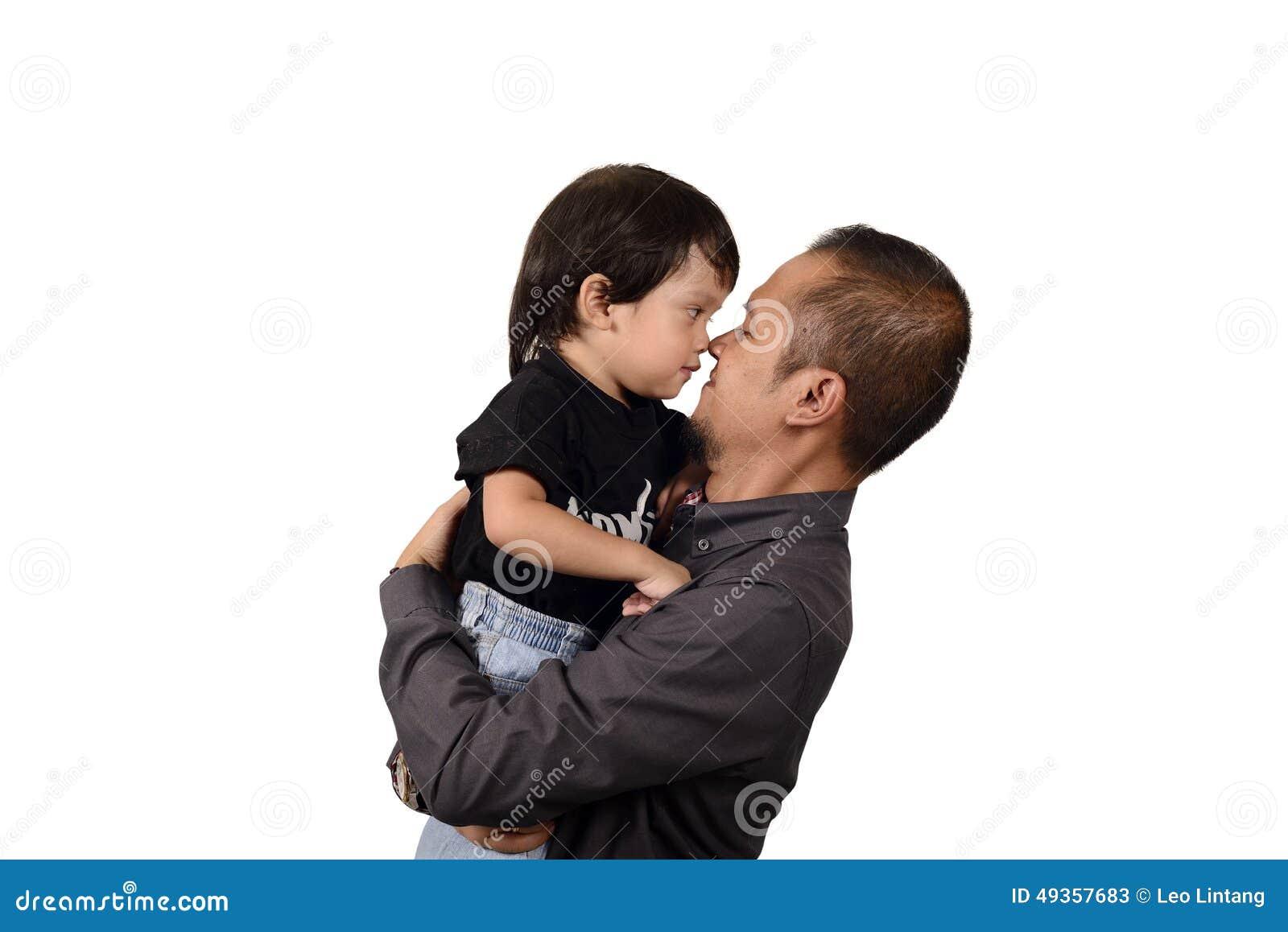 Padre asiatico Hug His Son