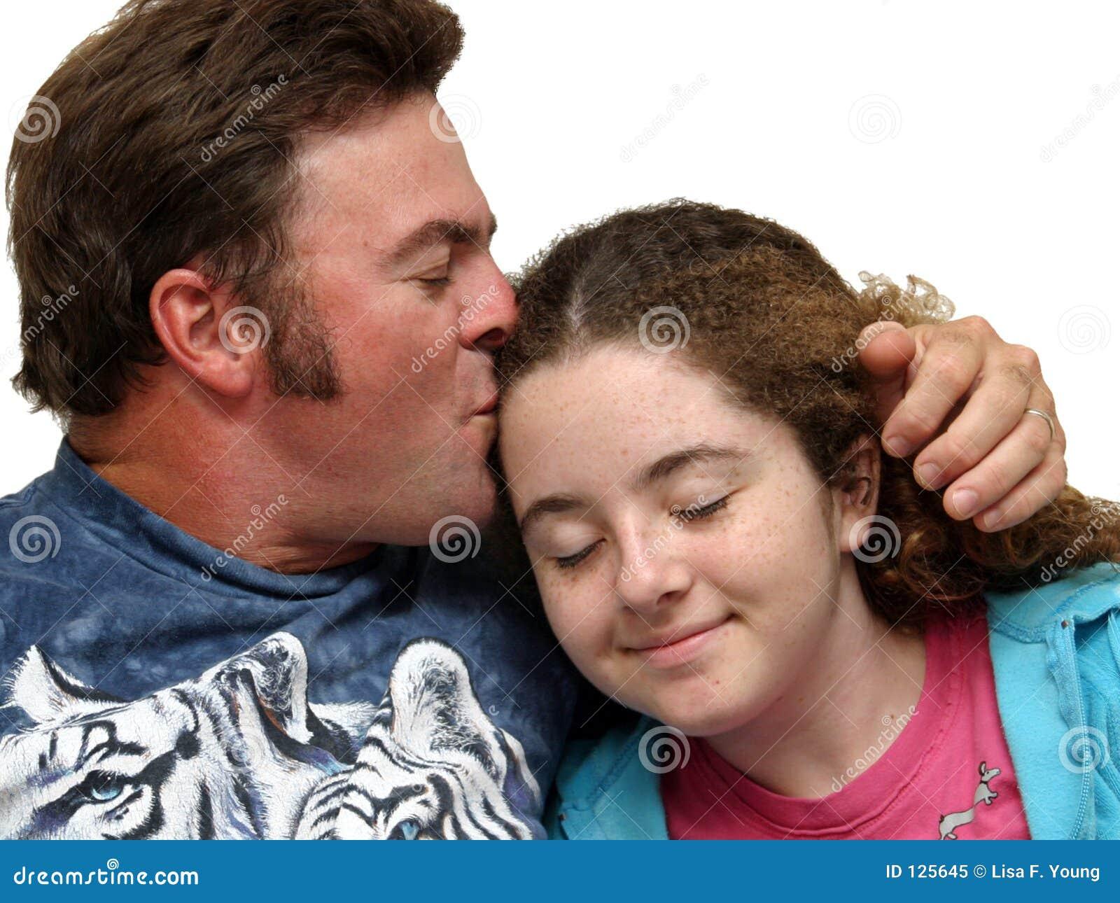 Padre che bacia figlia