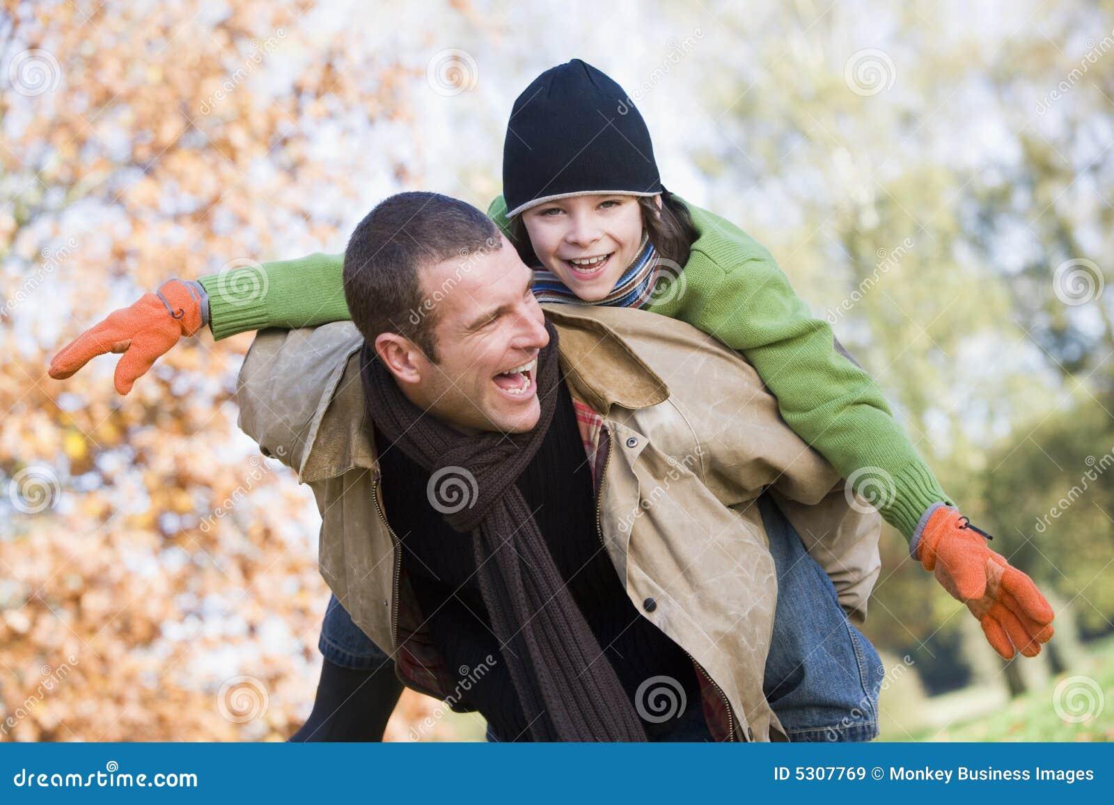 Download Padre Che Dà A Due Vie Del Figlio Immagine Stock - Immagine di divertimento, cosy: 5307769