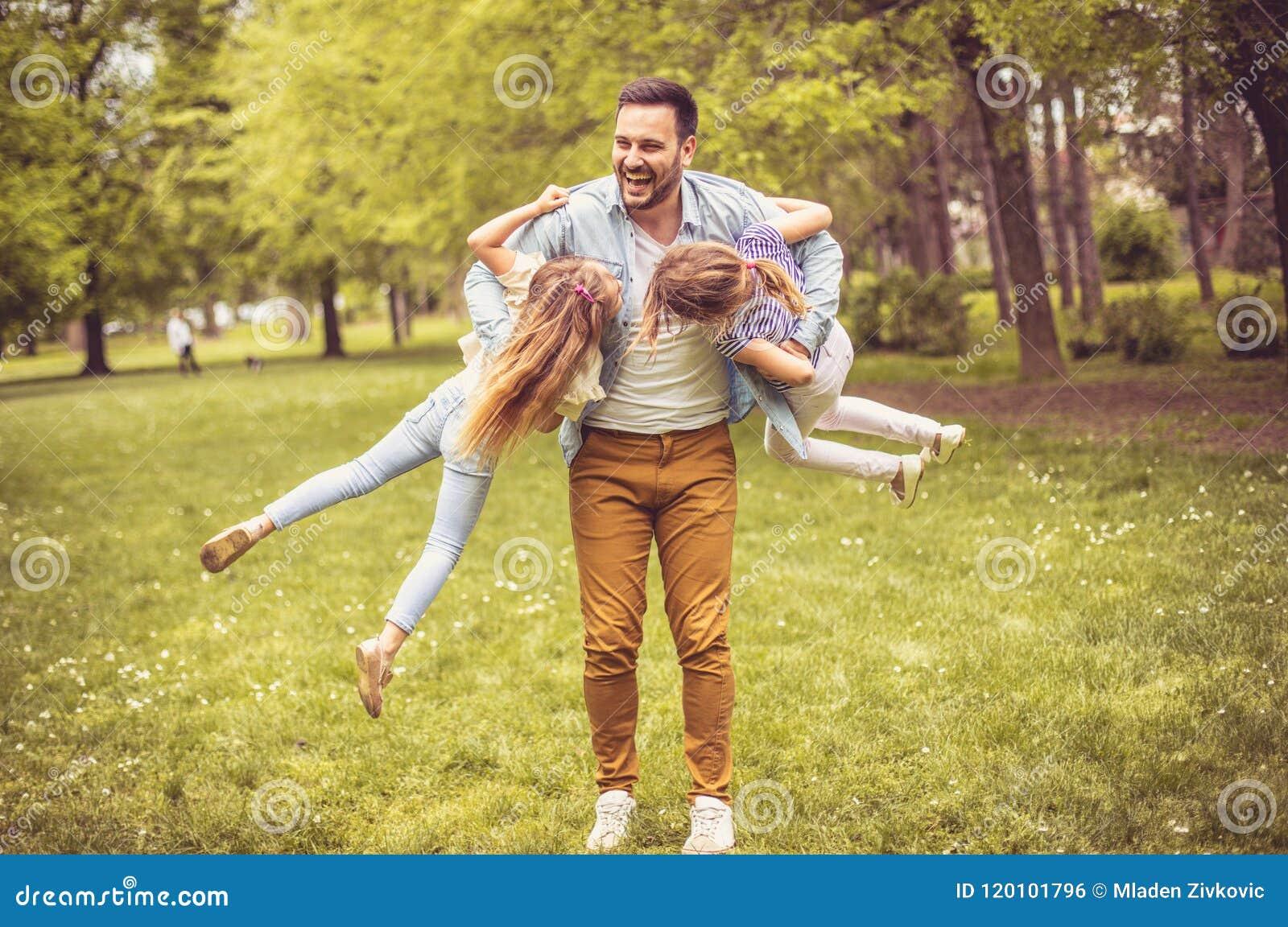 Padre che gioca con le figlie