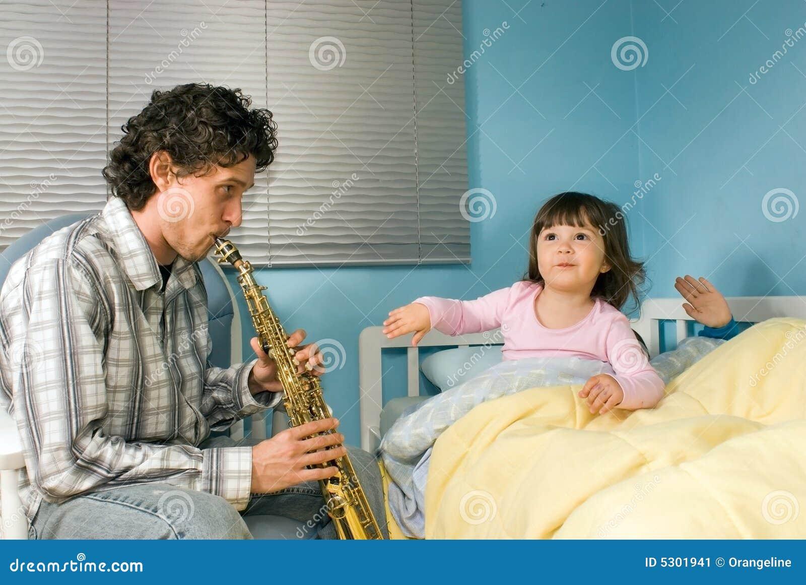 Download Padre Che Gioca Sassofono Per Bambino-Orizzontale Immagine Stock - Immagine di clarinet, oboe: 5301941
