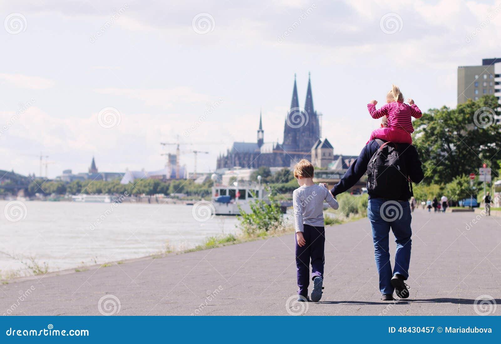Padre con due bambini