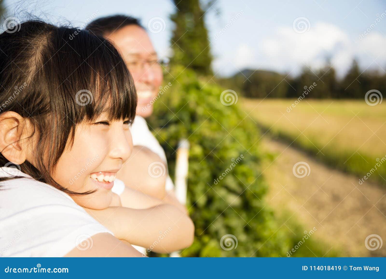 Padre con la hija que mira la visión