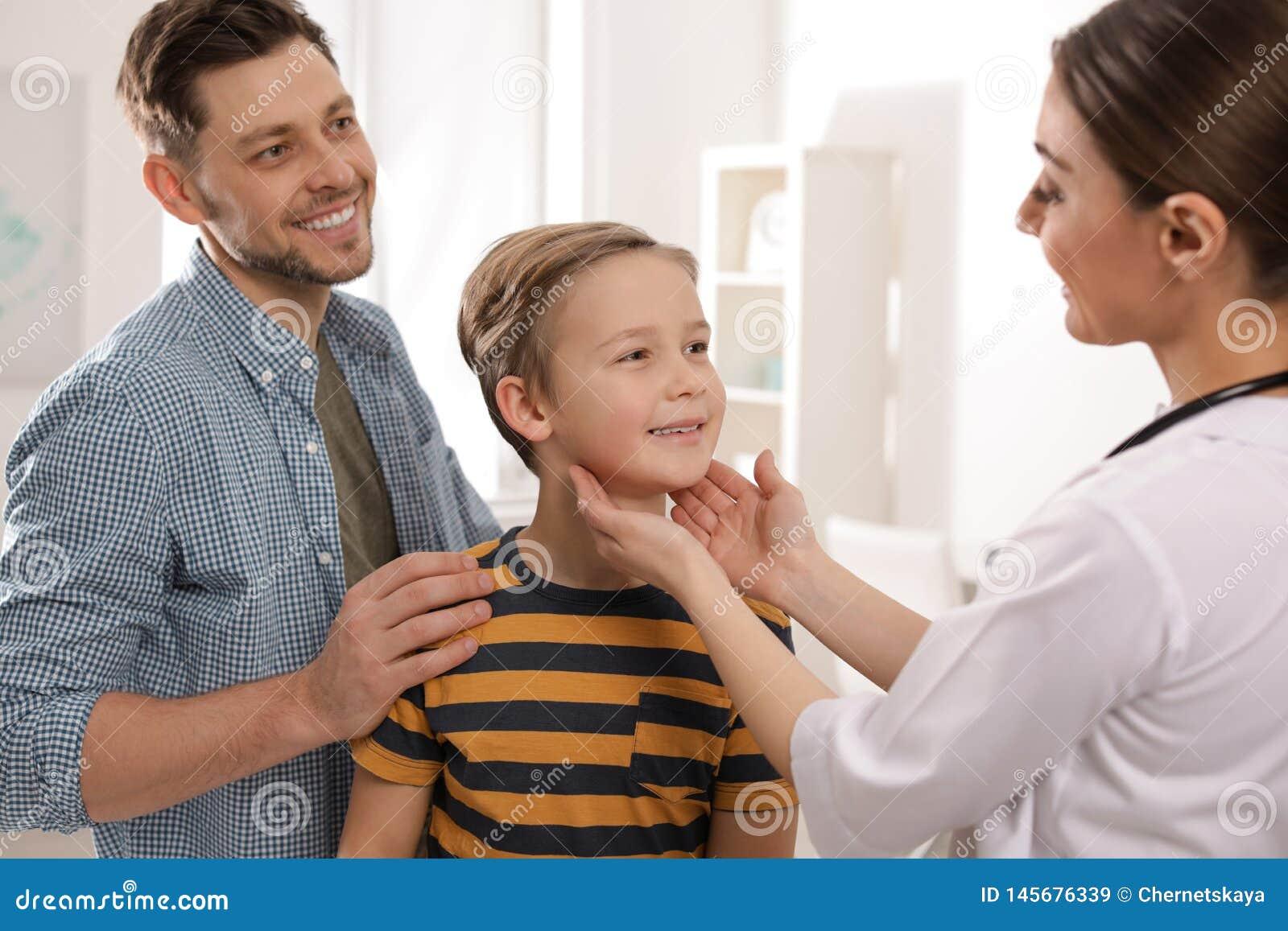 Padre con medico di visita del bambino