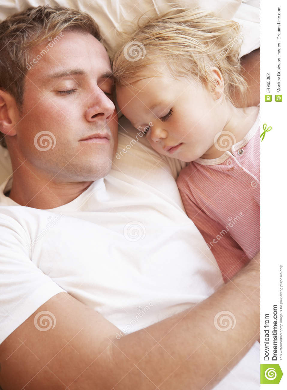 Padre And Daughter Sleeping en cama