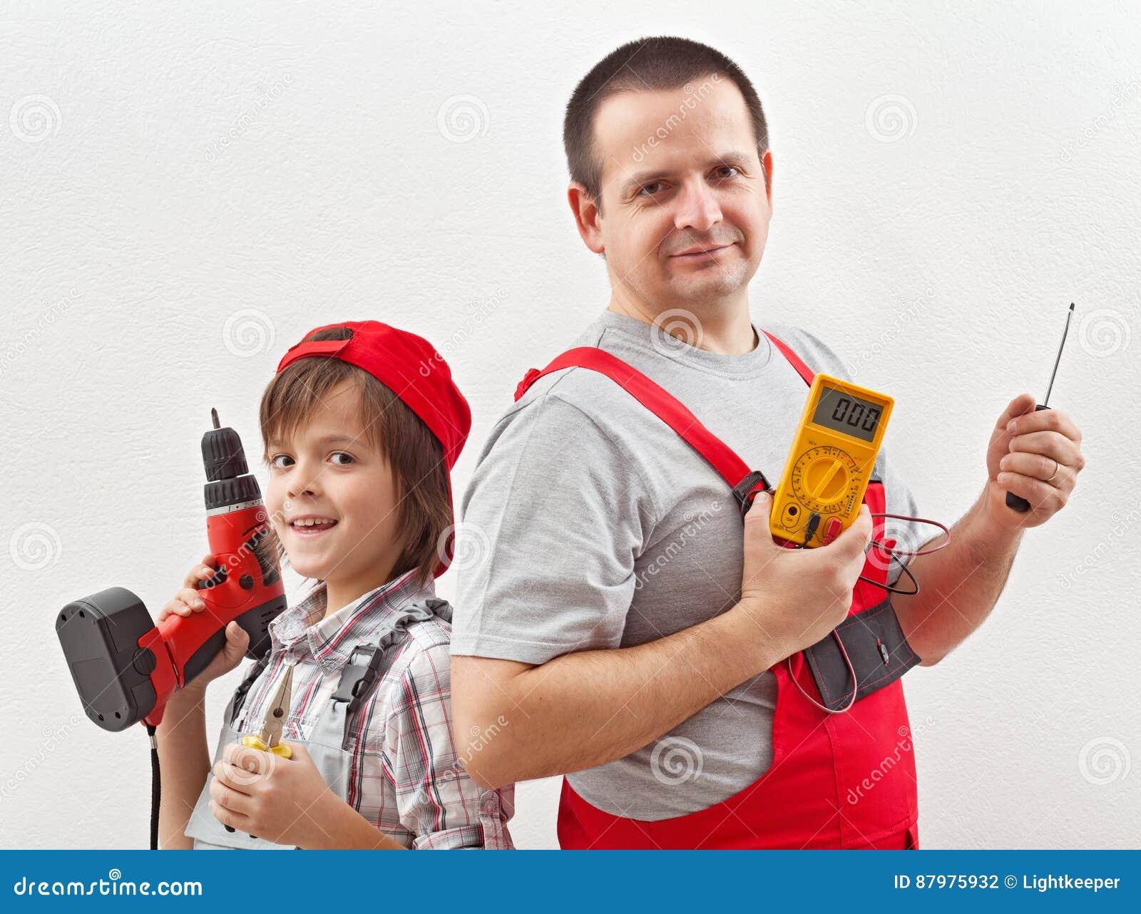 Padre del electricista e hijo de ayuda listos para el trabajo