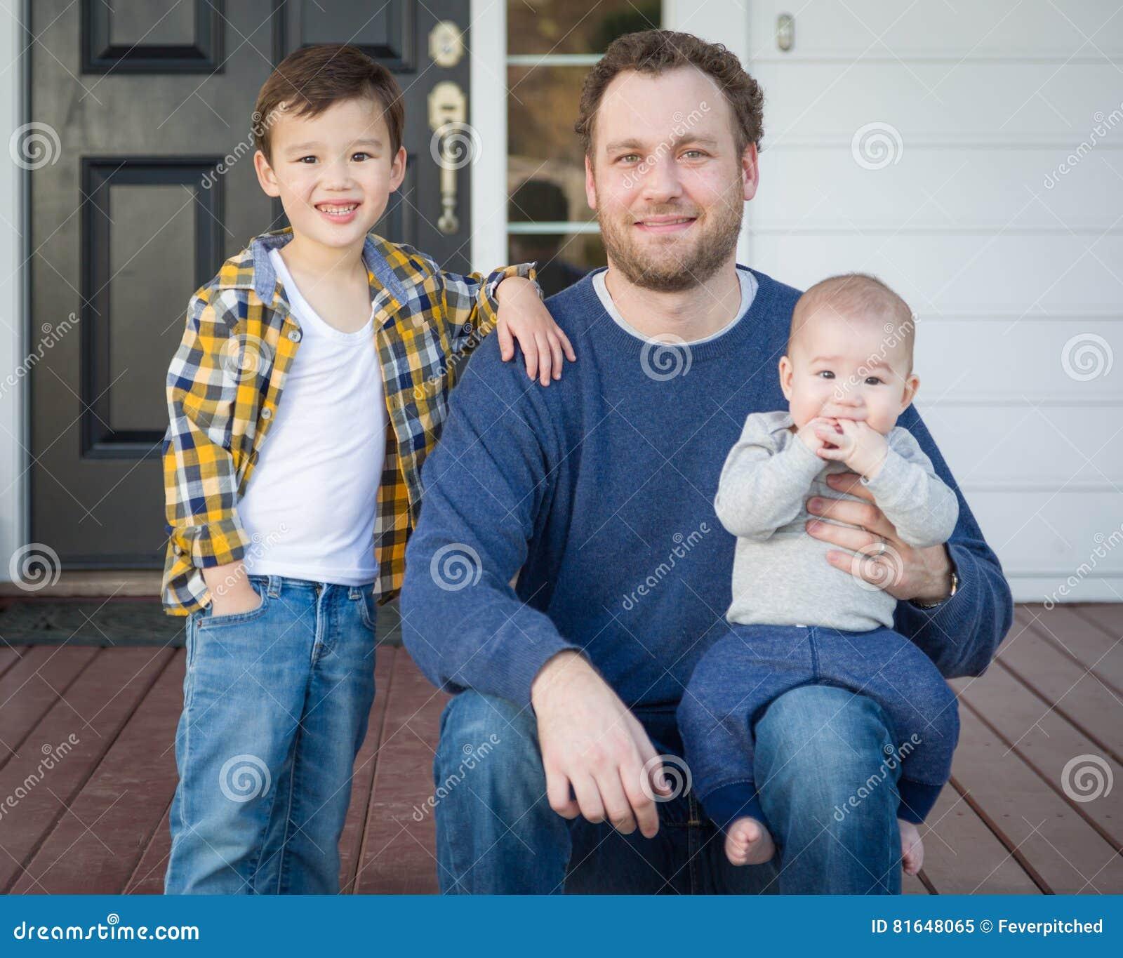 Padre della corsa mista ed i suoi due figli su Front Porch