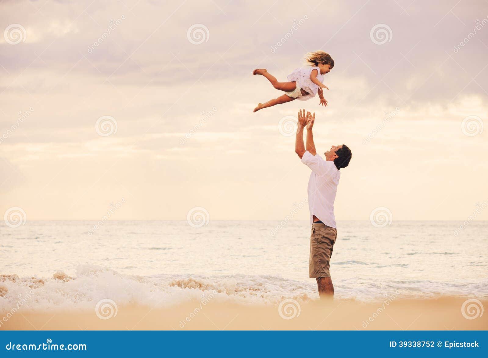 Padre e figlia che giocano insieme alla spiaggia al for Konzentrationsschw che kind