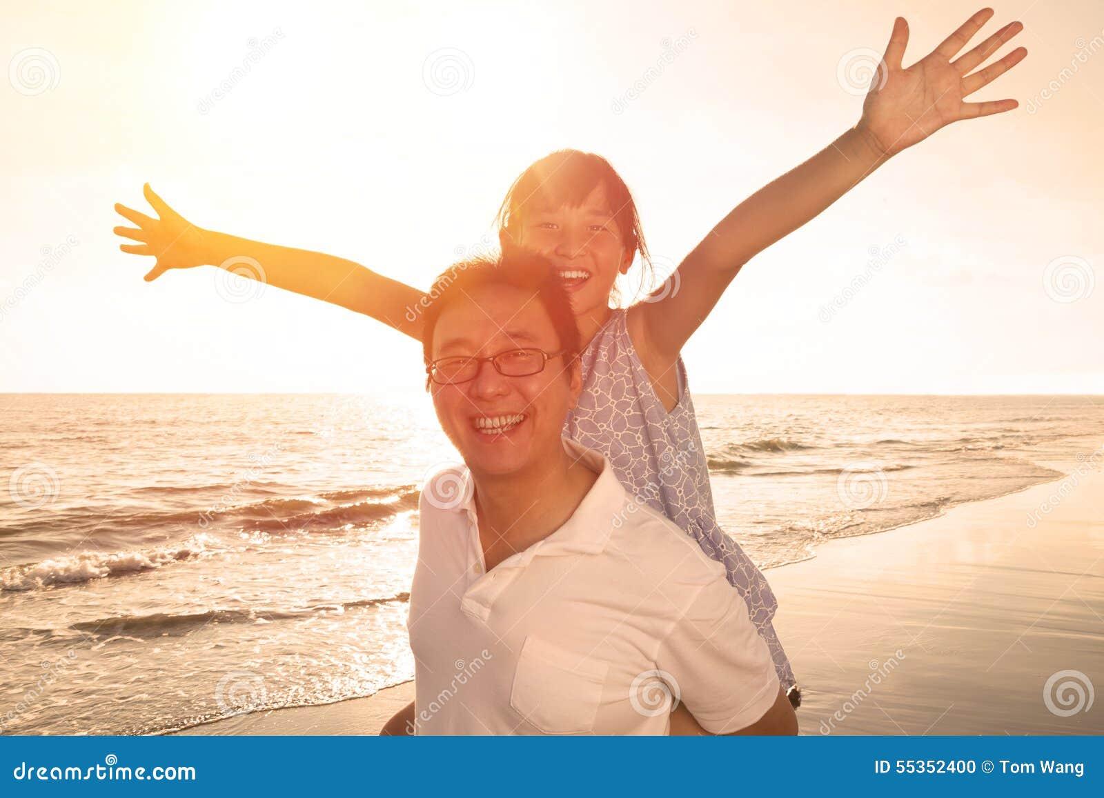 Padre e figlia che giocano sulla spiaggia