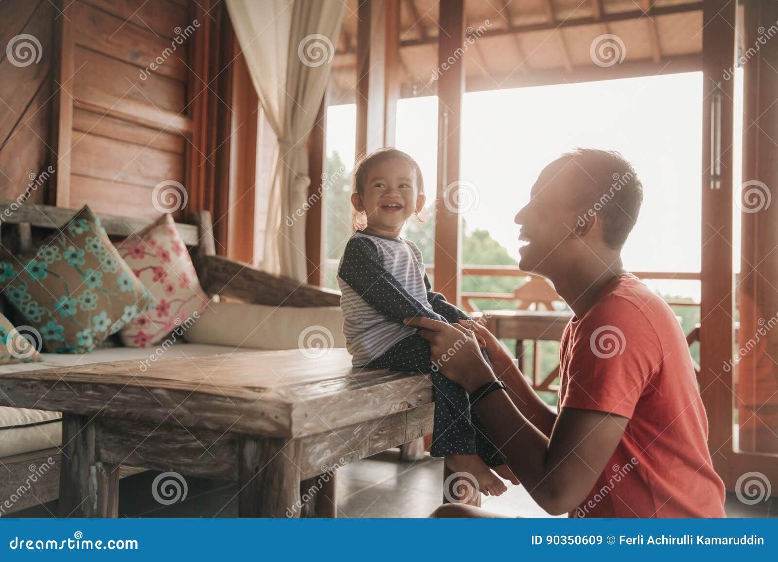 Padre e figlia che godono insieme