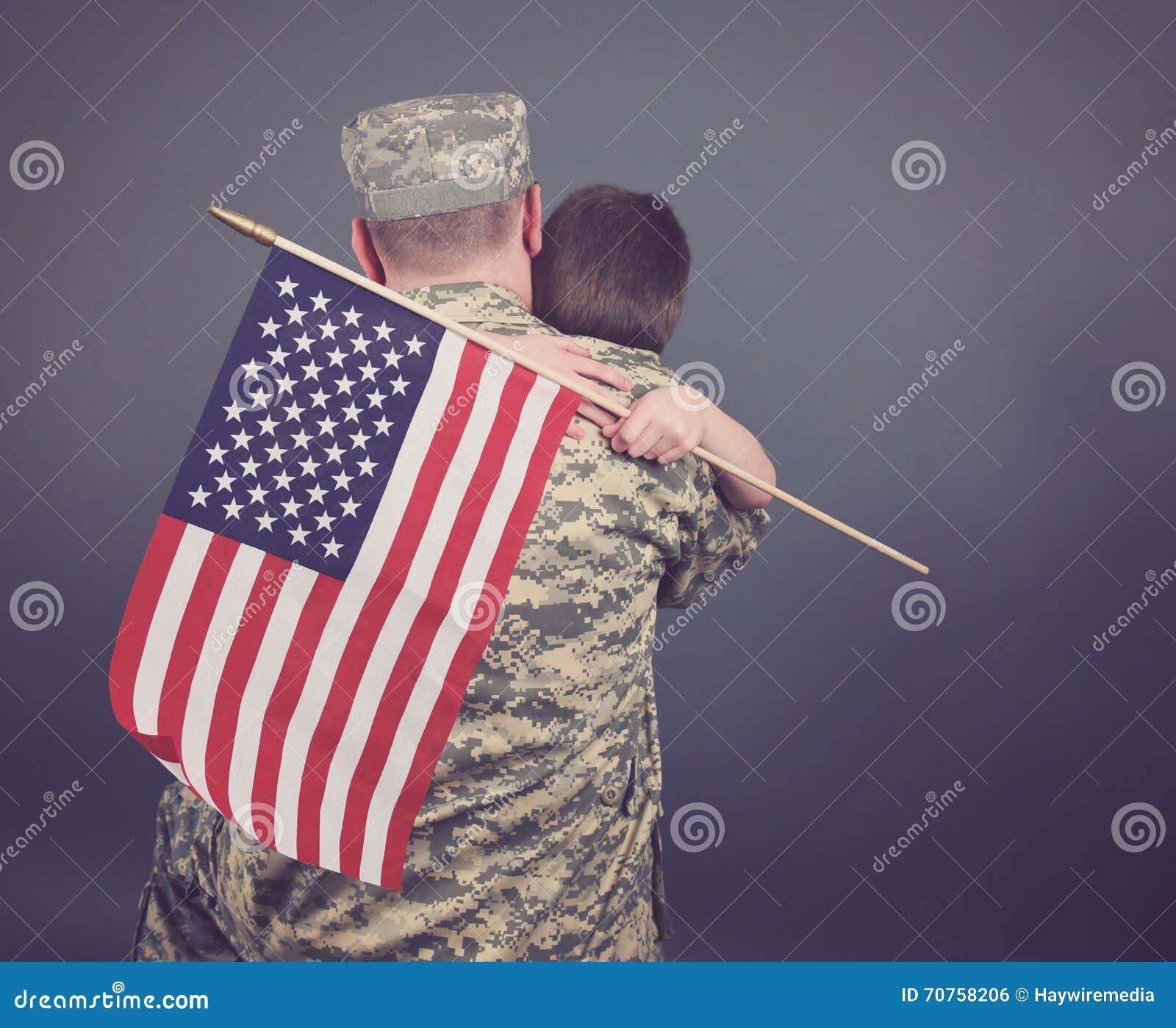 Padre e figlio che abbracciano dopo la guerra isolata