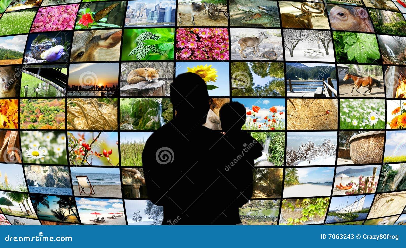 Padre e figlio che esaminano gli schermi della TV